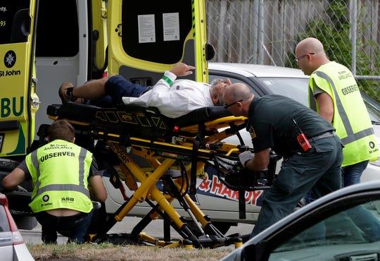"""Ataques a disparos en dos mezquitas en Nueva Zelanda llenas de fieles que asistieron a las oraciones del viernes mataron a 40 personas, en lo que la primera ministra calificó como """"uno de los días más oscuros"""" del país. Las autoridades detuvieron a cuatro personas y desactivaron artefactos explosivos."""