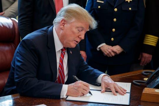 El presidente Trump firma el veto.