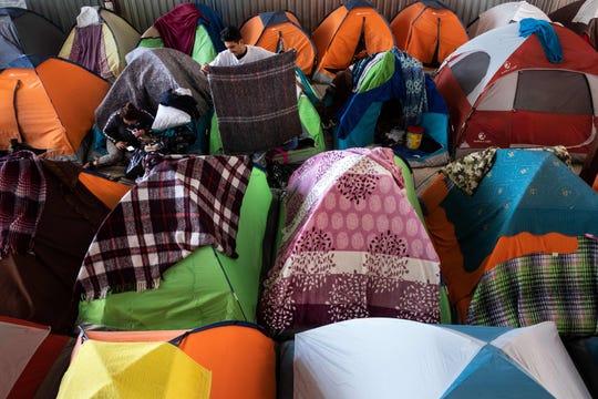 En Tijuana pueden observarse decenas de casas de campaña donde se refugian los migrantes.