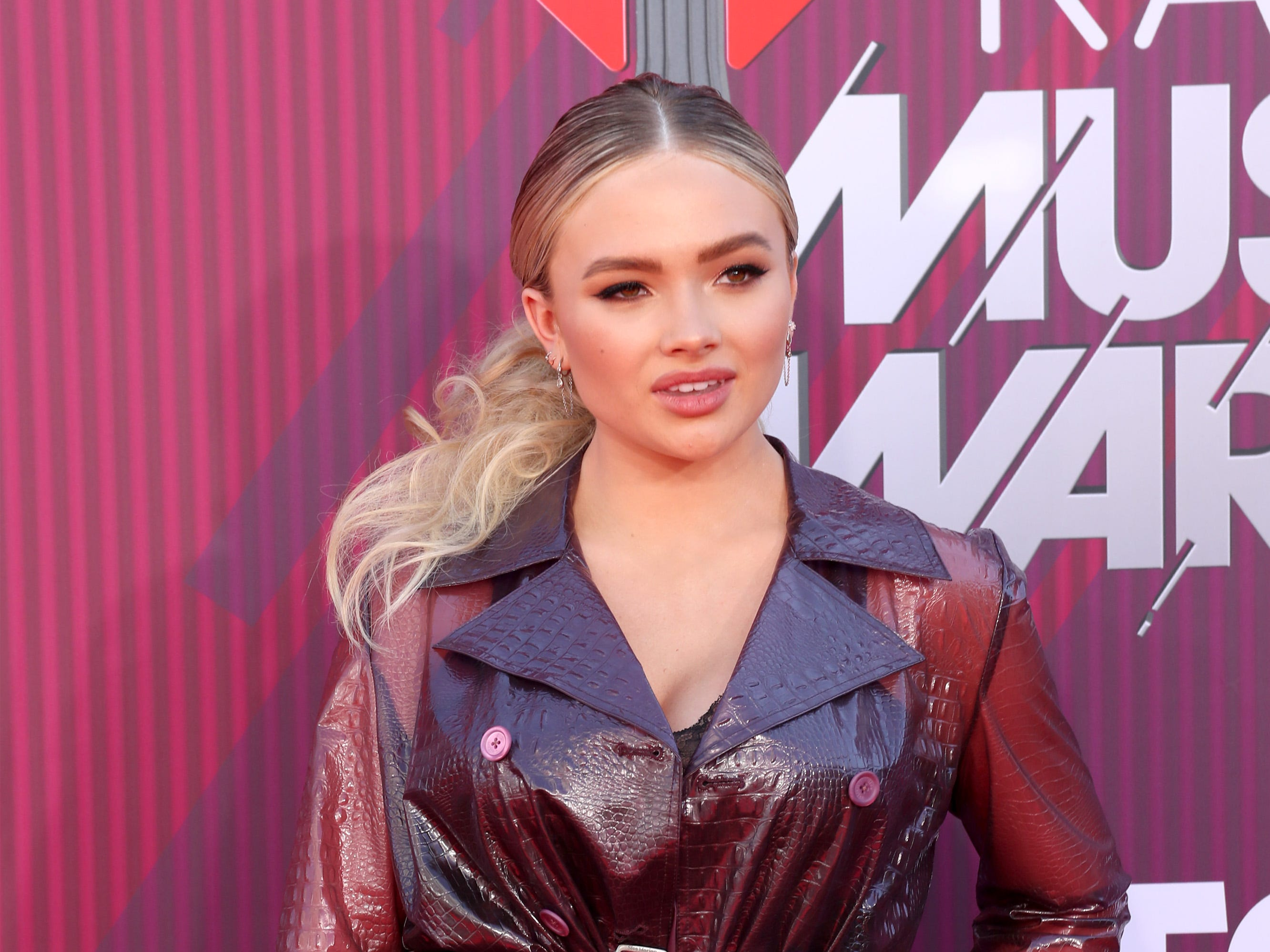 Natalie Alyn Lind a su llegada a los premios iHeart Radio Music Awards en 2019 el 14 de marzo de 2019 en Los Angeles, California.