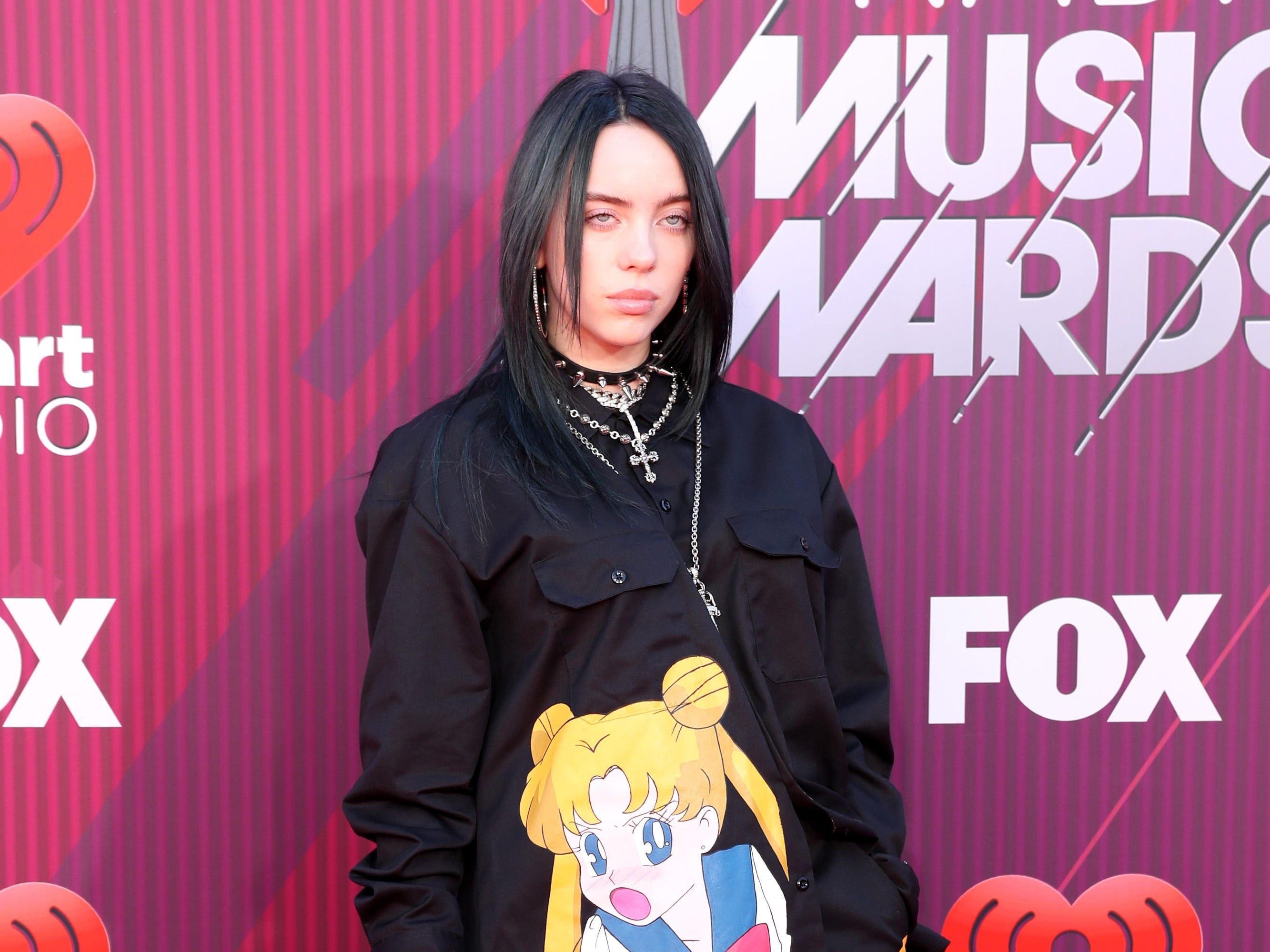 Billie Eilish a su llegada a los premios iHeart Radio Music Awards en 2019 el 14 de marzo de 2019 en Los Angeles, California.