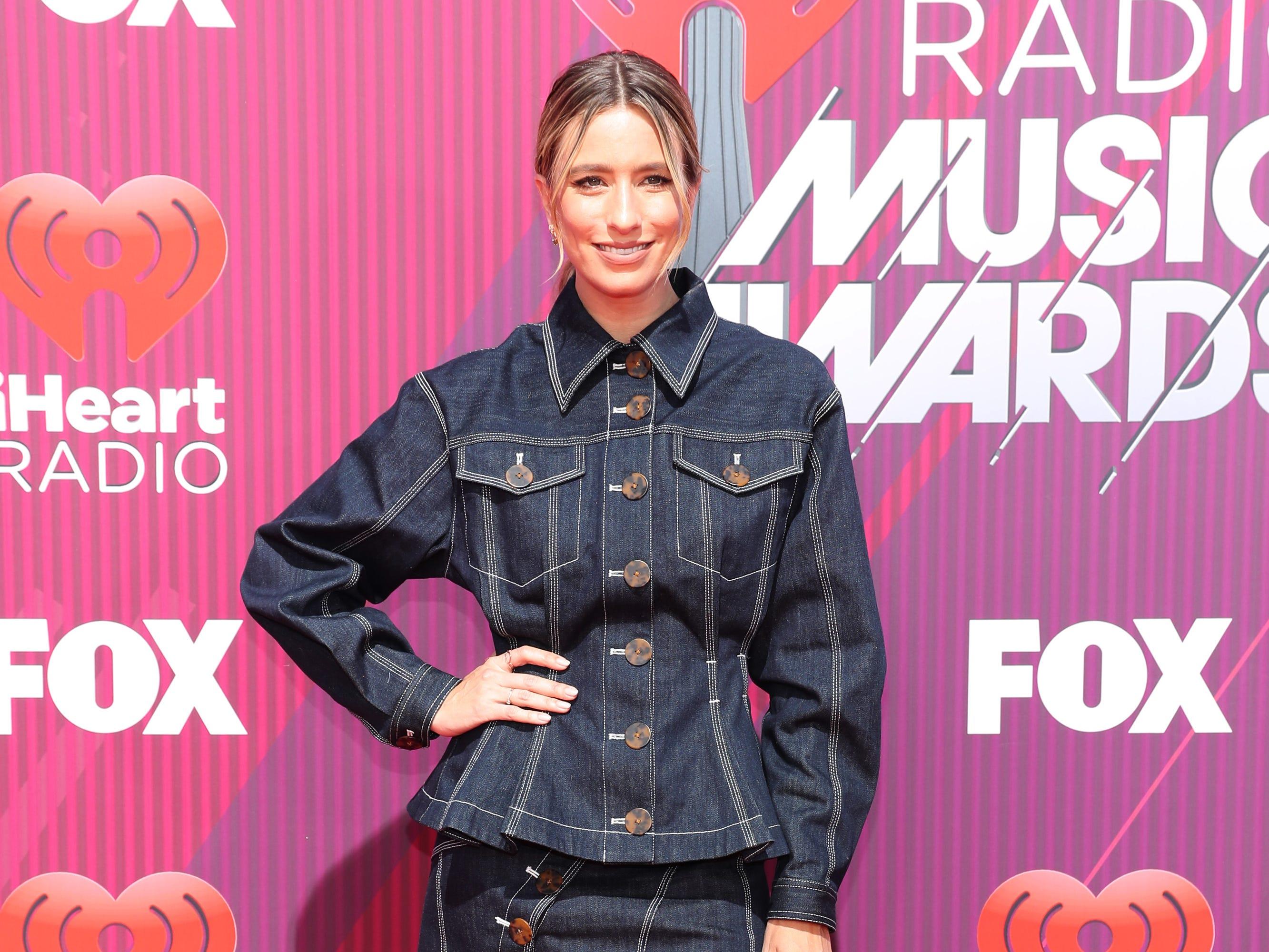 Renee Bargh a su llegada a los premios iHeart Radio Music Awards en 2019 el 14 de marzo de 2019 en Los Angeles, California.