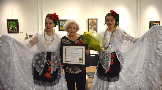 Blanca Fernández recibe un reconocimiento por su destacada carrera de la enseñanza de las danza tradicional mexicana en Phoenix.