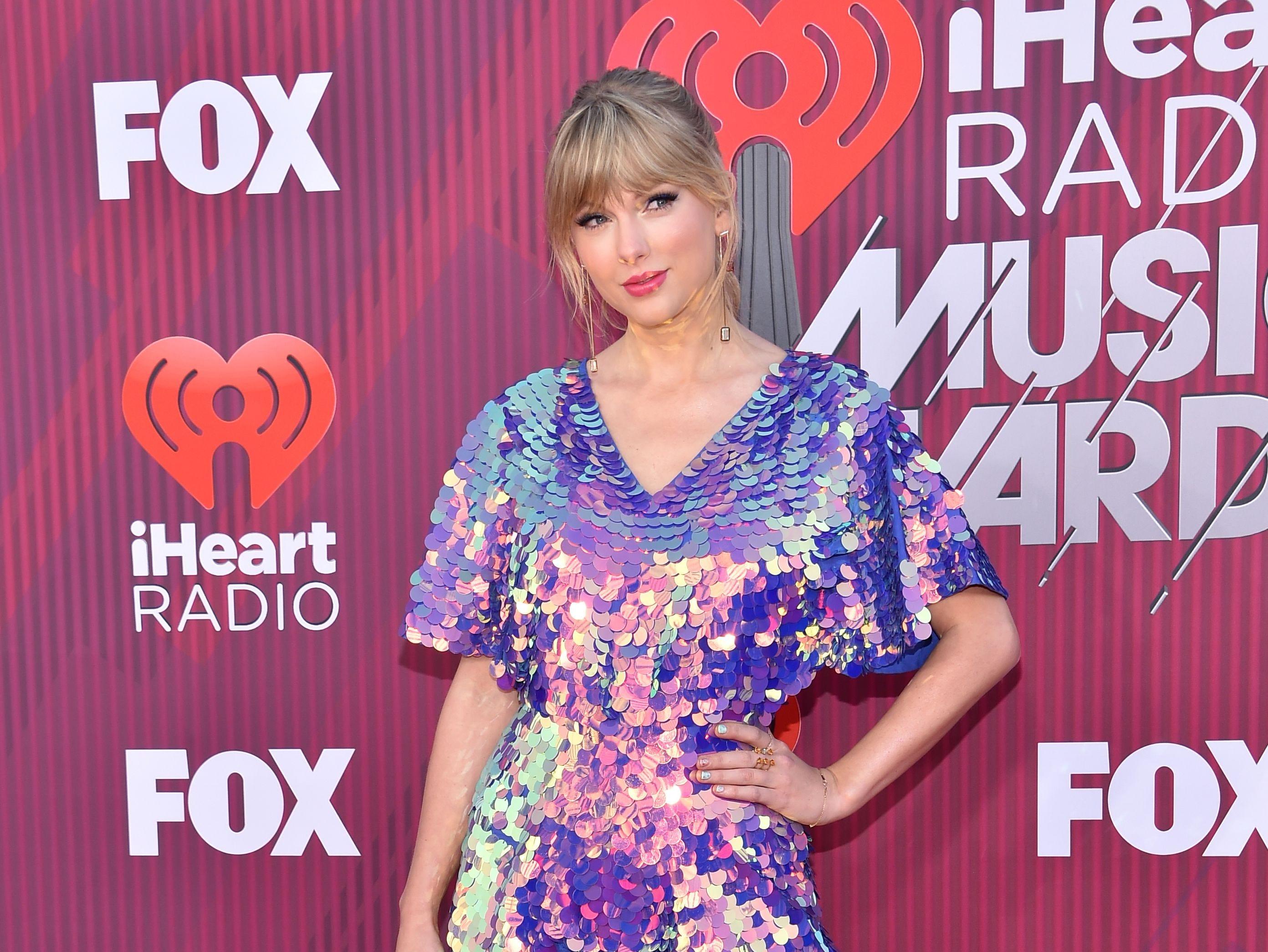 Taylor Swift a su llegada a los premios iHeart Radio Music Awards en 2019 el 14 de marzo de 2019 en Los Angeles, California.