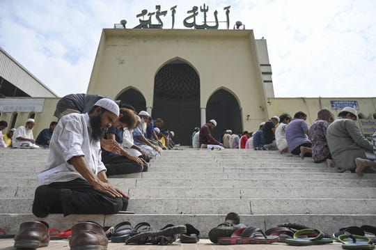 Musulmanes de Bangladeshi oran por las victimas de la matanza.