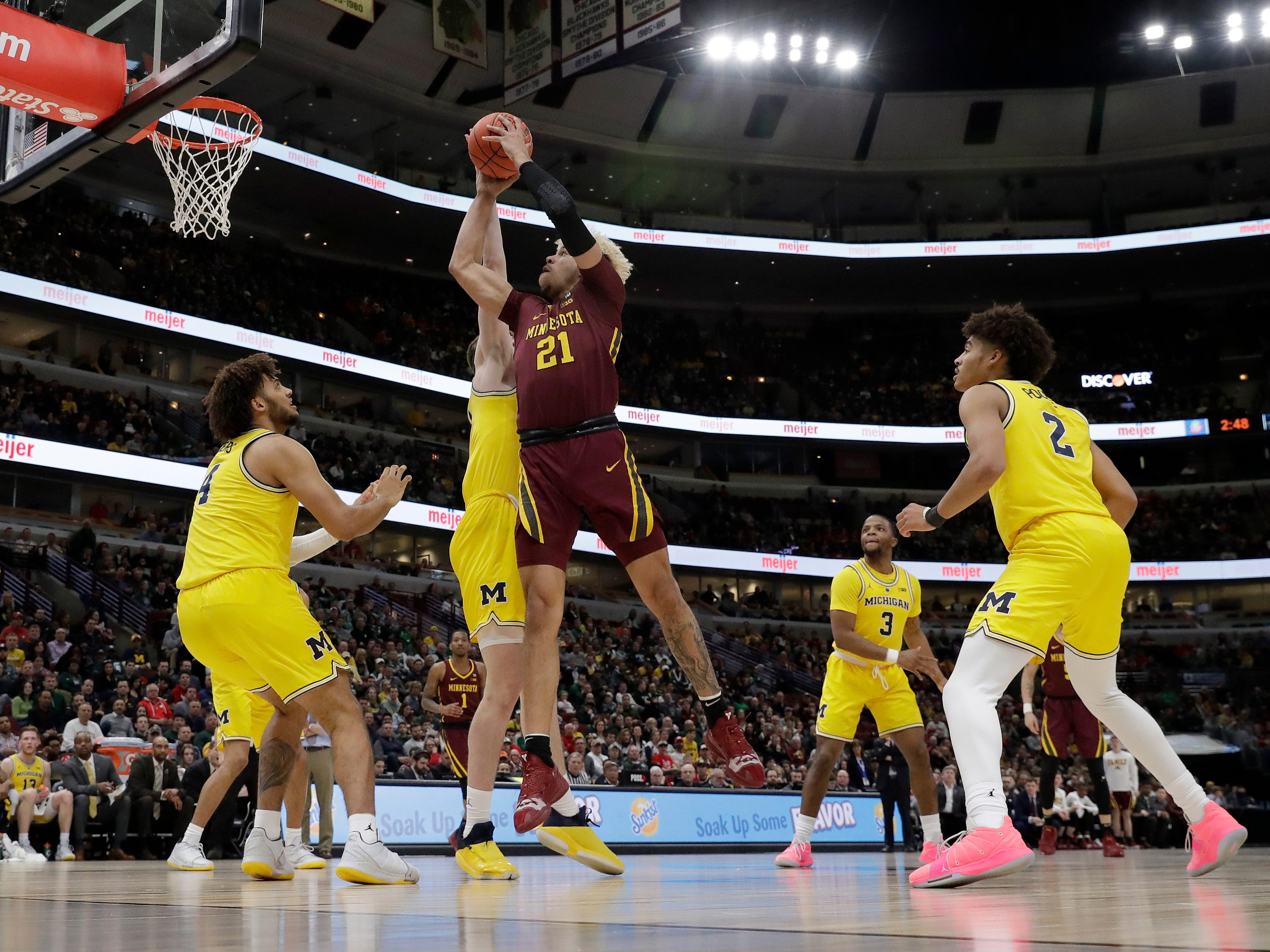 Minnesota's Jarvis Omersa takes a shot against Michigan's Colin Castleton during the first half.
