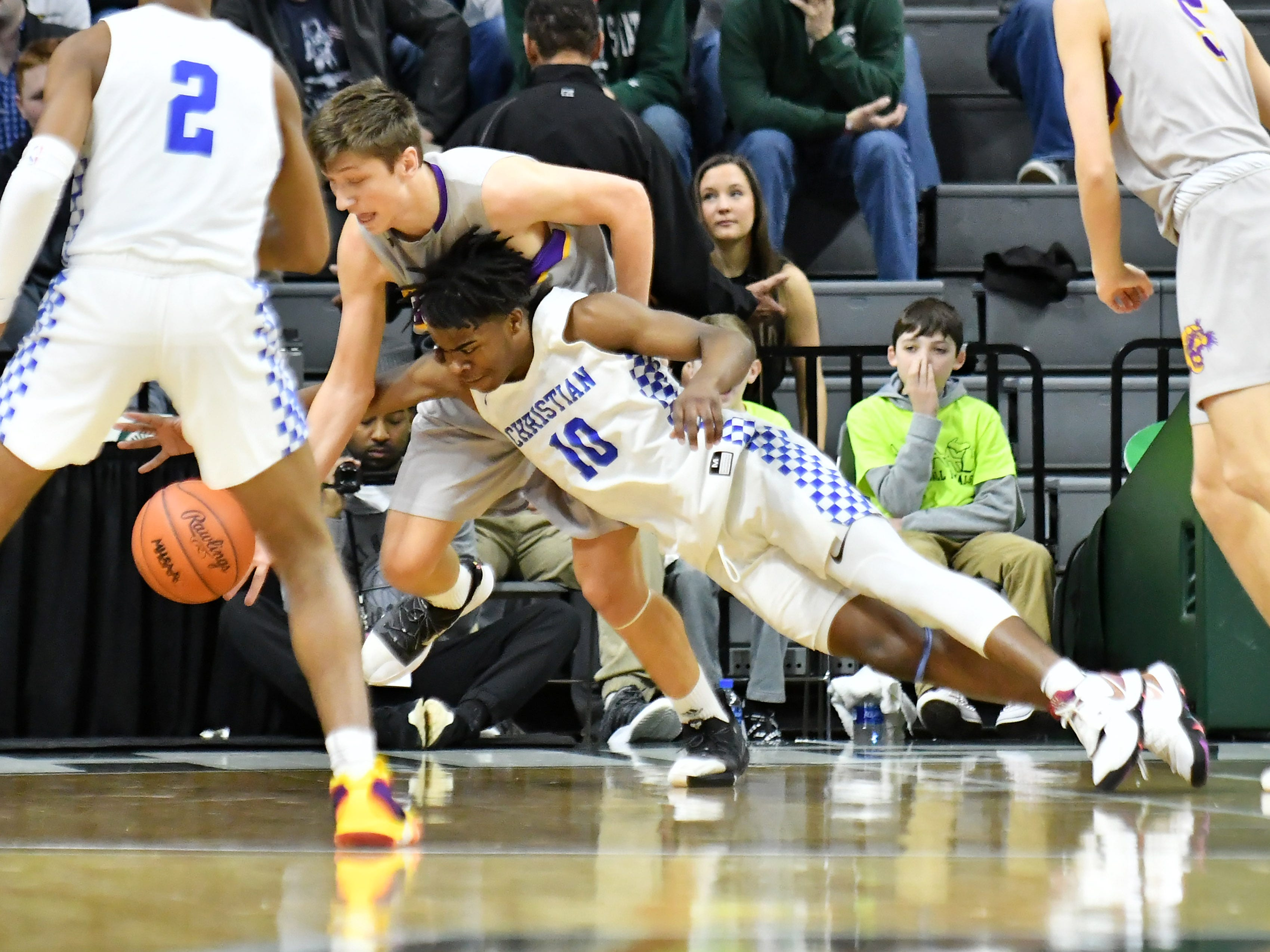 Southfield Christian guard Jon Sanders (10) and Frankfort guard Jack Stefanski (0) go for a loose ball in the first half.