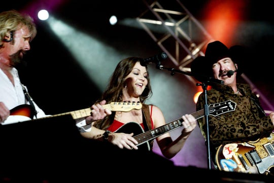 Gretchen Wilson, center, is jamming with Brooks & Dunn as their a special guest on the nightly concert of the CMA Music Festival at the Coliseum June 11, 2004.
