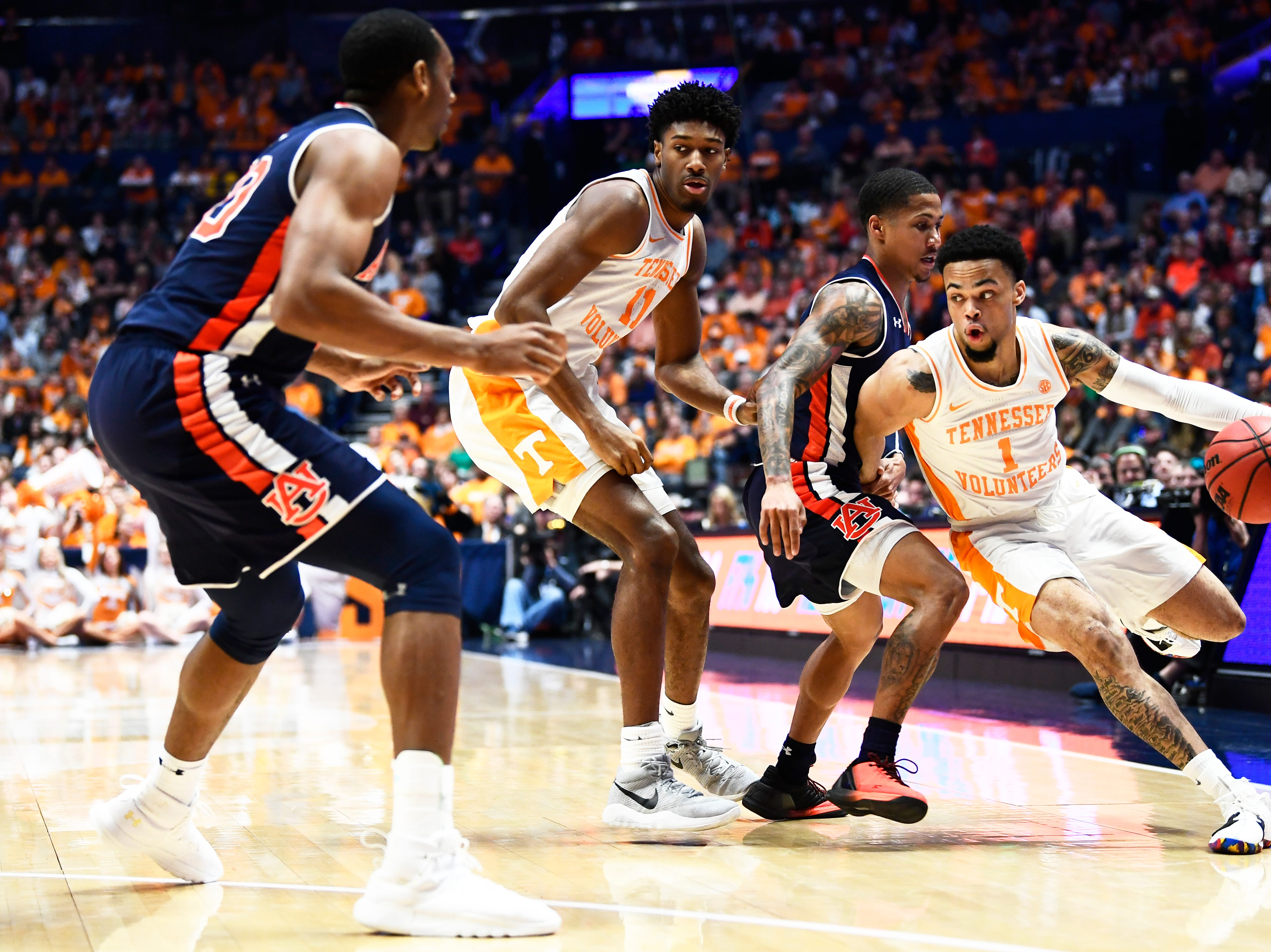 Tennessee guard Lamonte Turner (1) drives towards the basket during the first half of the SEC Men's Basketball Tournament championship game at Bridgestone Arena in Nashville, Tenn., Sunday, March 17, 2019.