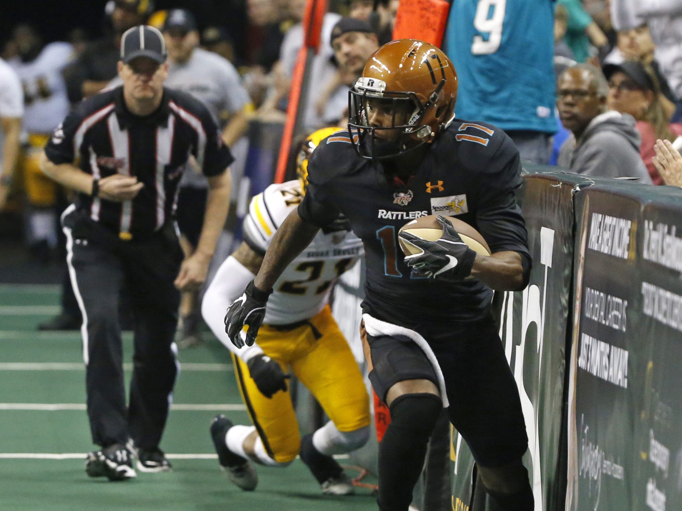 Rattlers' Desmond Epps (17) runs down the side of the field for a touchdown against the Sugar Skulls during the first half at Talking Stick Resort Arena in Phoenix, Ariz. on March 16, 2019.