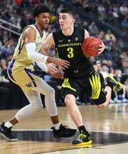 Oregon's Payton Pritchard (3) dribbles against Washington's Matisse Thybulle (4) on Saturday.