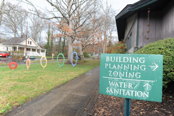 Black Mountain aldermen voted 4-1 in their regular meeting on March 11 to stop providing free water service to employees who live within town limits.