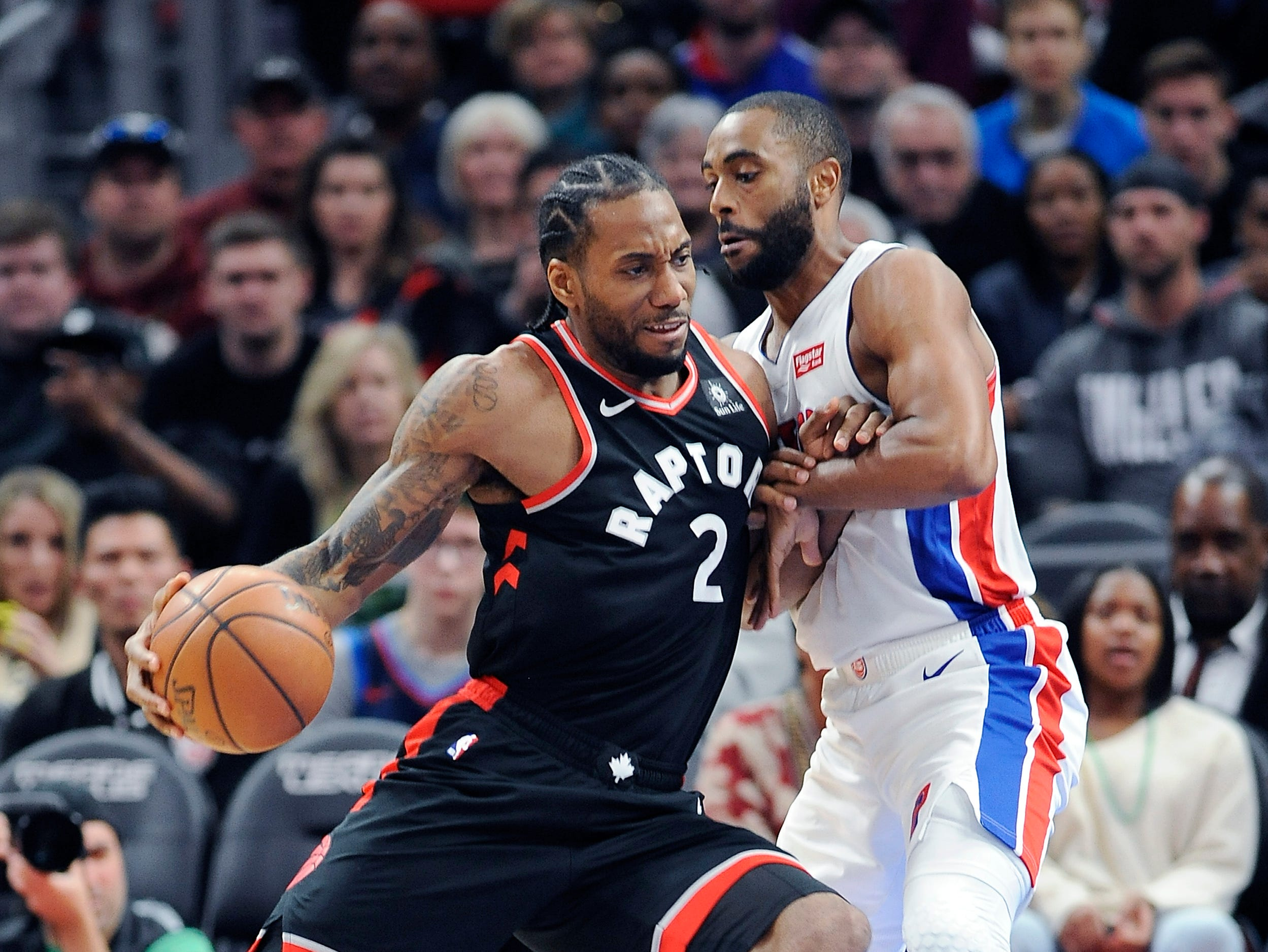 Pistons' Wayne Ellington defends Raptors' Kawhi Leonard in the third quarter.