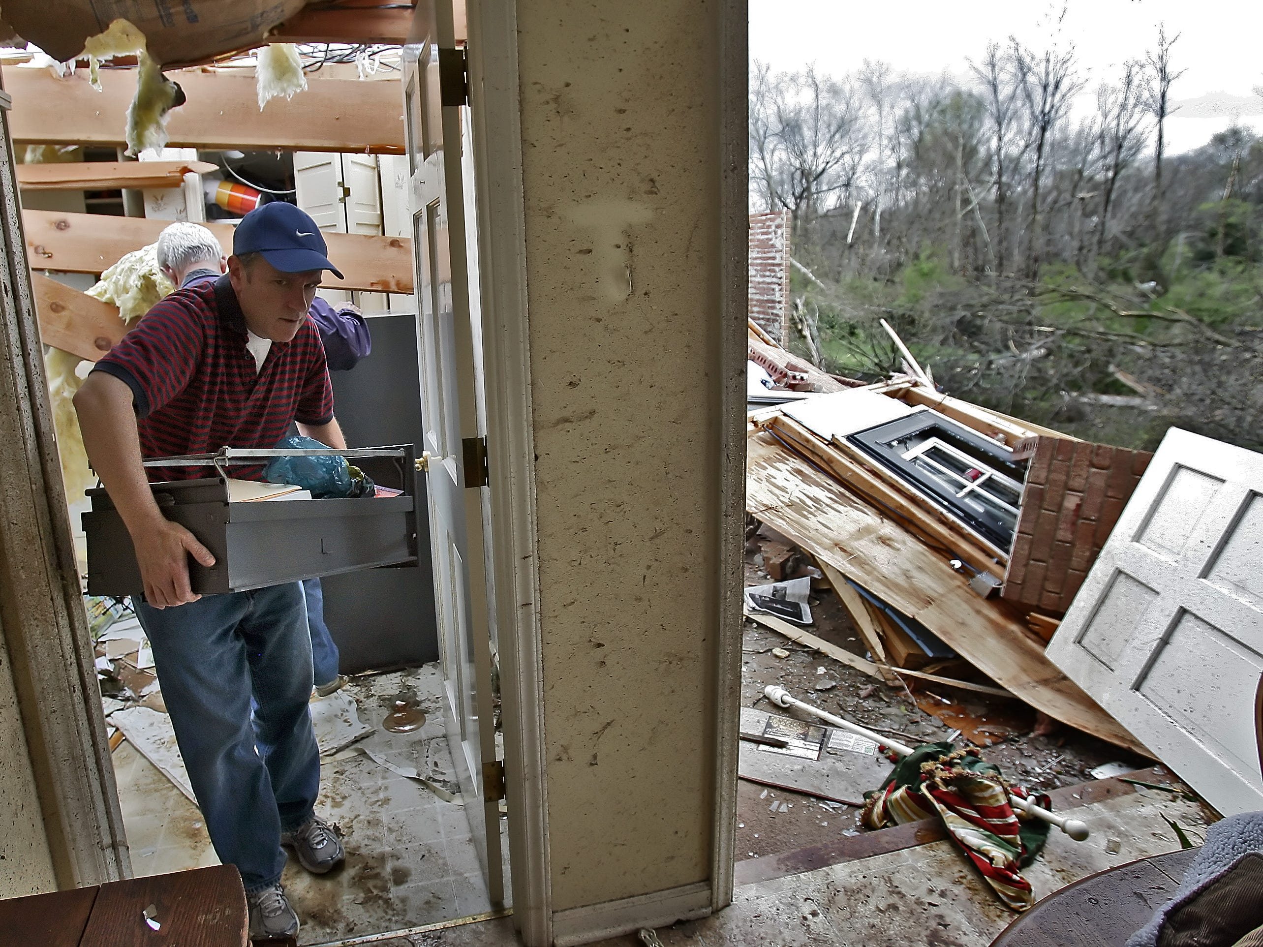 Mark Henry takes a drawer out of his friend's house where a tornado swept through the Tomahawk Trace area in Murfreesboro, Tenn., Friday, April 10, 2009. (JAE S. LEE / THE TENNESSEAN)
