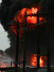 Las llamas llegaron a tanques donde hay líquidos y gases petroquímicos.