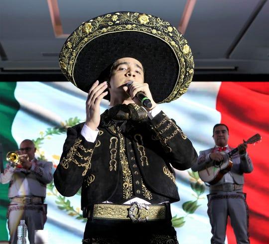 """Alex Fernández sigue la dinastía de la música de mariachi con el lanzamiento del álbum debut """"Sigue la Dinastía""""."""