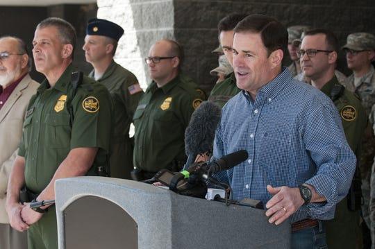El gobernador de Arizona, el republicano Doug Ducey (d).