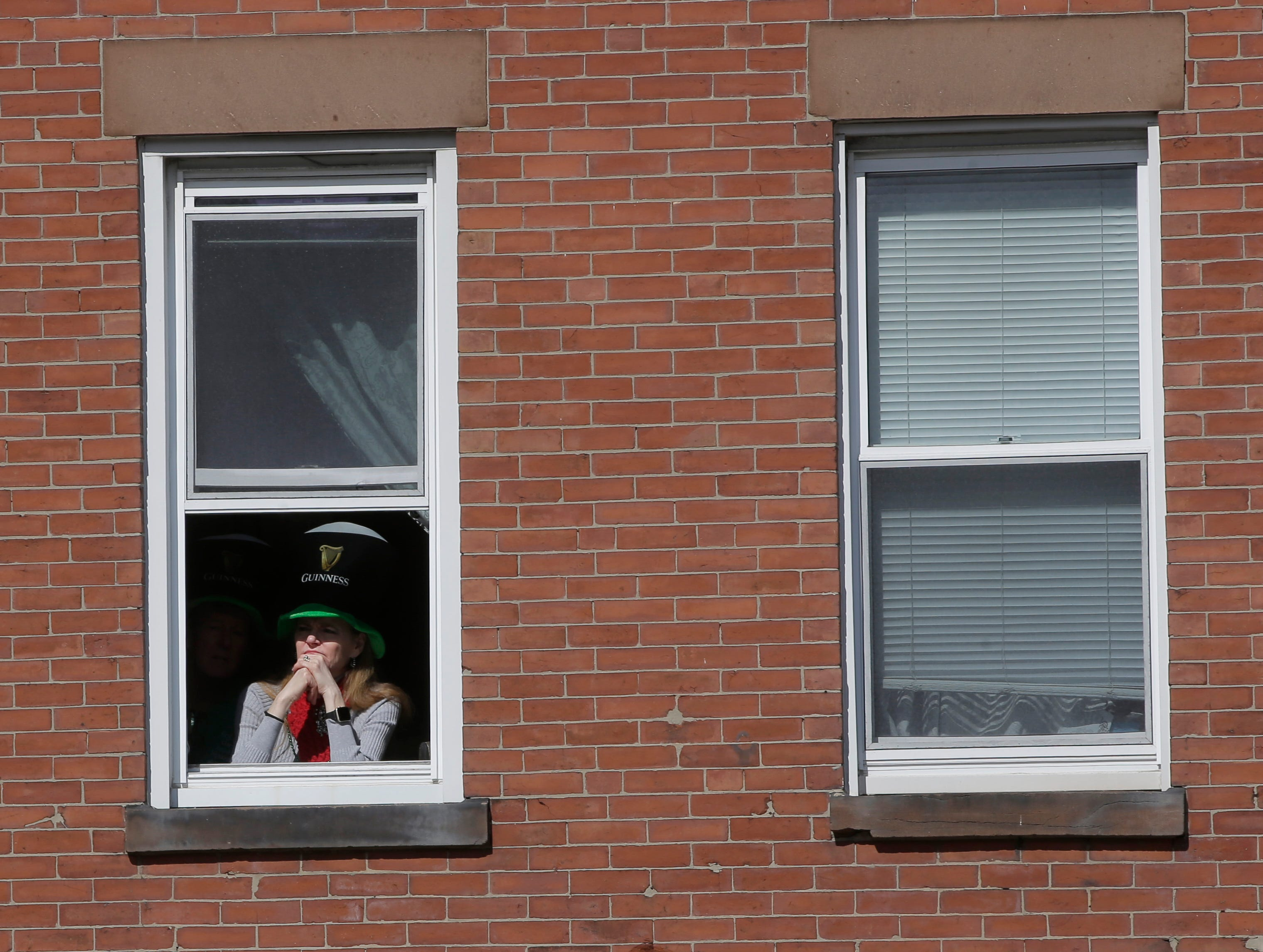 Miles de personas llenaron el domingo las calles de Boston con motivo del desfile anual del Día de San Patricio, muchas de ellas vestidas de verde y ondeando banderas irlandesas mientras observaban a actores recrear pasajes de la Guerra de Independencia y el paso de las brigadas de gaiteros.