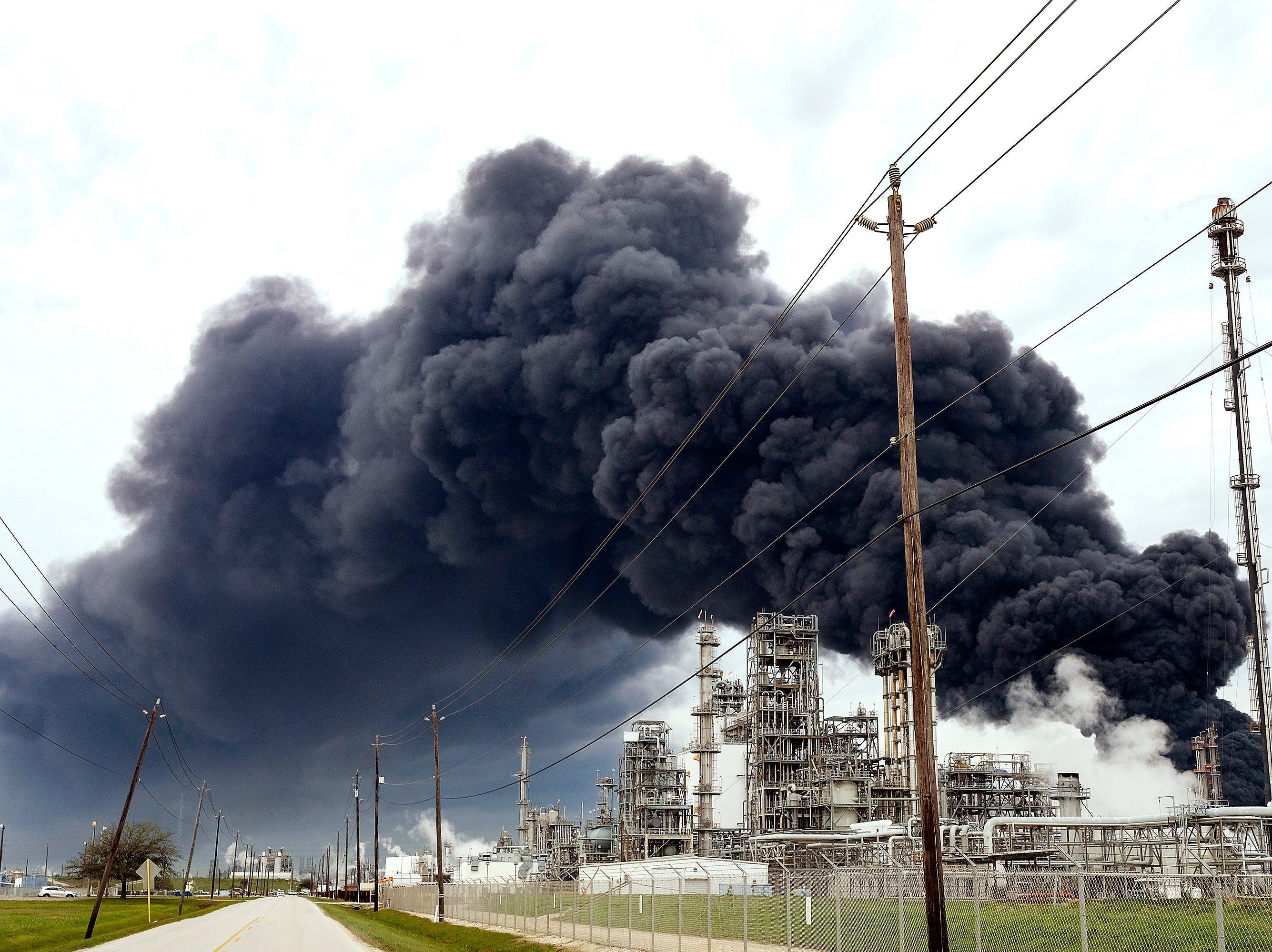 Ocho tanques de almacenamiento han sido impactados por las llamas en Intercontinental Terminals Company en Deer Park, a unas 15 millas al sudeste de Houston.
