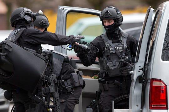 """La policía holandesa de lucha contra el terrorismo se prepara para entrar en una casa después de un incidente de tiroteo en Utrecht, Holanda, el lunes 18 de marzo de 2019. La policía en la ciudad holandesa central de Utrecht dice en Twitter que """"múltiples"""" personas han resultado heridas como resultado de un tiroteo En un tranvía en un barrio residencial."""