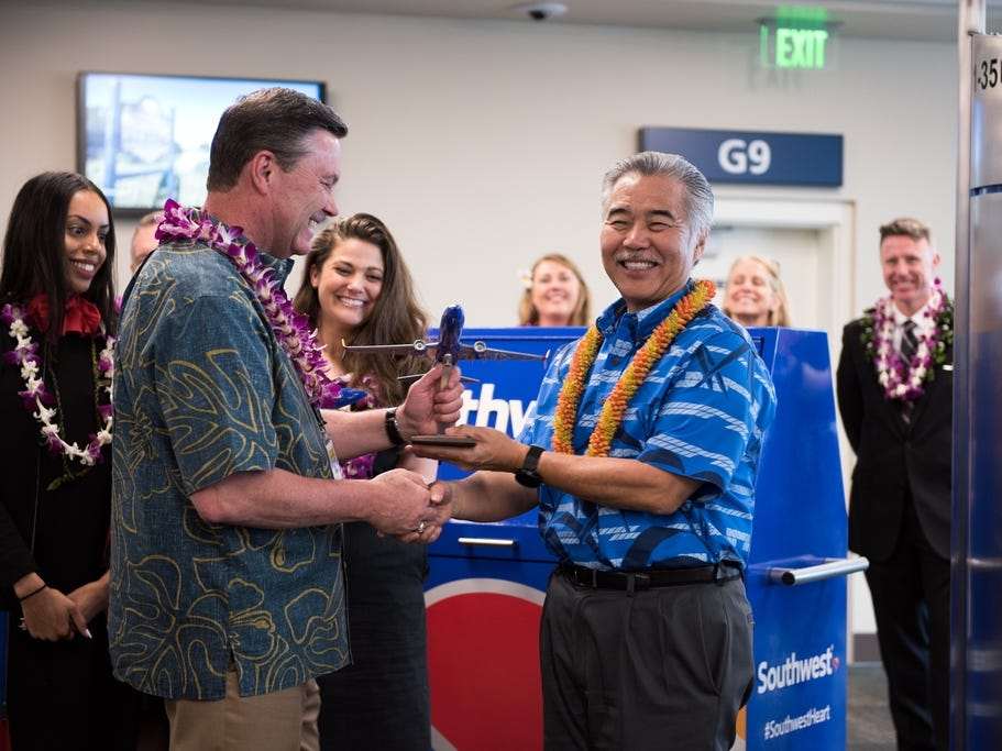 Southwest Airlines President Tom Nealon gifts a plane statue to Hawaii Governor David Ige.