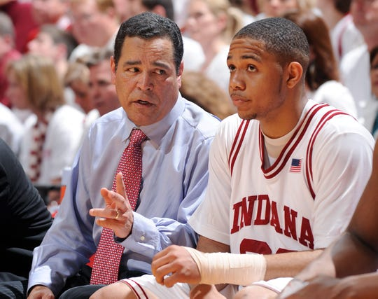Indiana coach Kelvin Sampson talks with Eric Gordon on the bench in 2008.