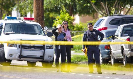 Policías acordonan el área del tiroteo ocurrido en la Avenida 27 y Butler Drive, en Phoenix.