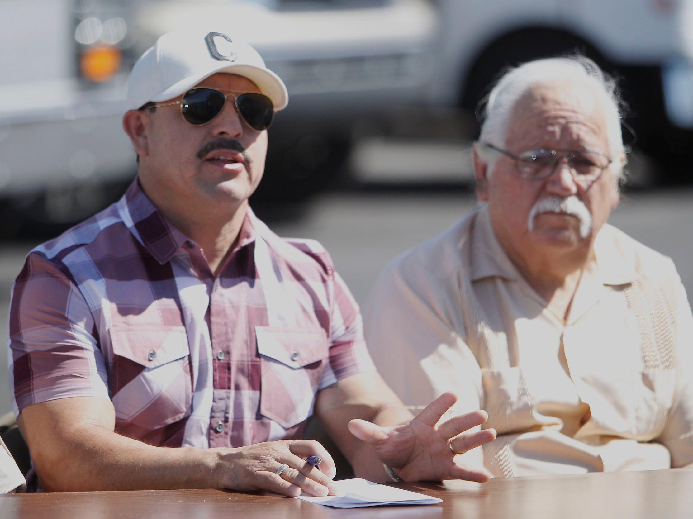 """""""No estamos en contra de que nuevos vendedores vengan a la comunidad, lo que estamos queriendo hacer es proteger la propiedad y al vendedor al mismo tiempo"""", dijo Aureliano Domínguez (izq), propietario de camiones de comida."""