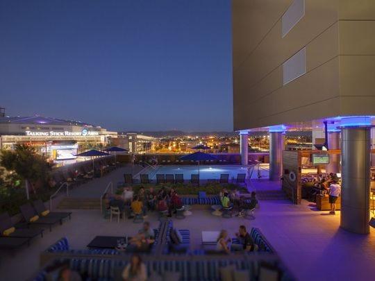 Lustre Rooftop Bar es un excelente lugar para tomar una copa en el centro de Phoenix.