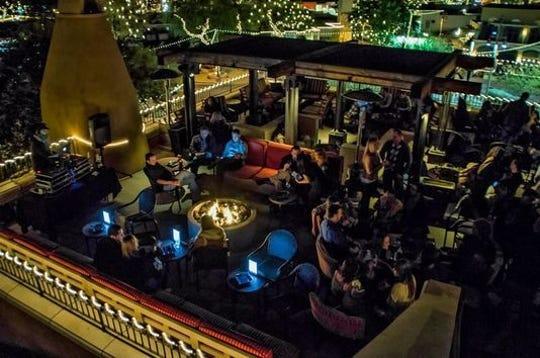 Casablanca Rooftop Lounge ofrece un ambiente increíble para tomar una copa y vistas panorámicas.