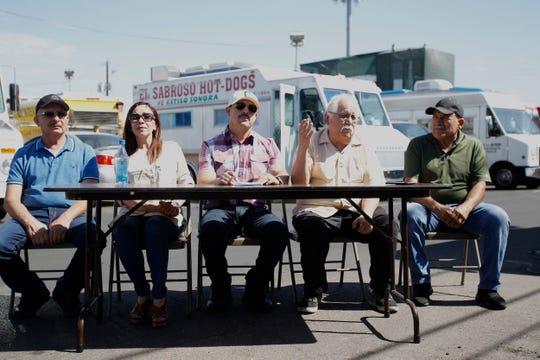 Marcos Núñez, Monserrat Castillo, Aureliano Domínguez, Salvador Reza y Cervando Núñez, (de izq a der), de la Union Pochteca Food Vendor Association, un grupo de unos 60 dueños de camiones de comida, que operan desde hace 20 años en Phoenix.