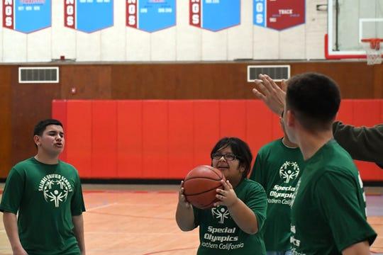 La Liga Unificada de Basquetbol está en su apogeo mientras los estudiantes con necesidades especiales de todo el Distrito Unificado de Preparatorias de Salinas entran a la cancha para jugar basquetbol.