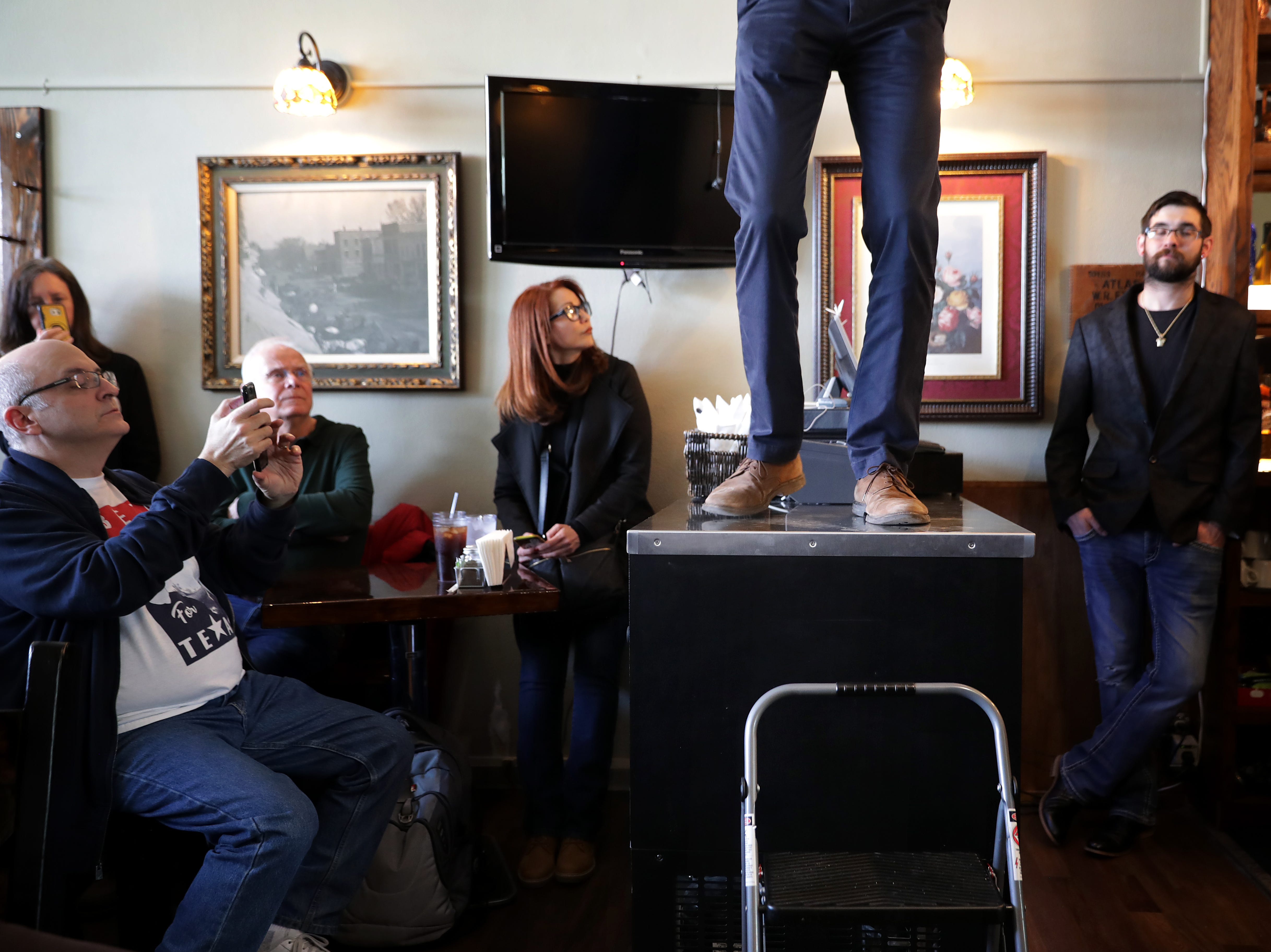 MOUNT VERNON, IOWA - MARCH 15: Democratic presidential candidate Beto O'Rourke answers questions from voters during his second day of campaigning for the 2020 nomination at The Sing-A-Long Bar and Grill March 15, 2019 in Mount Vernon, Iowa. After losing a long-shot race for U.S. Senate to Ted Cruz (R-TX), the 46-year-old O'Rourke is making his first campaign swing through Iowa after jumping into a crowded Democratic field this week. (Photo by Chip Somodevilla/Getty Images)