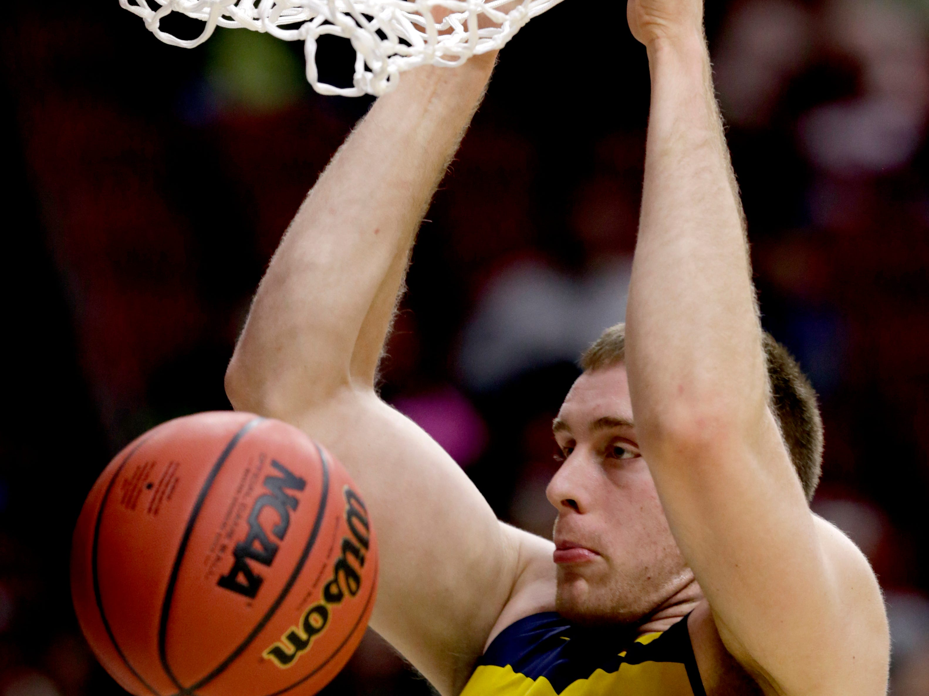 Michigan's Austin Davis dunks during practice at the NCAA college basketball tournament in Des Moines, Iowa, Wednesday, March 20, 2019. (AP Photo/Nati Harnik)