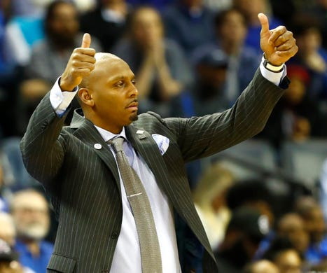 Memphis Tigers head coach Penny Hardaway motions to his team in the first half of their first round NIT game against San Diego at the FedExForum, Tuesday, March 19, 2019.