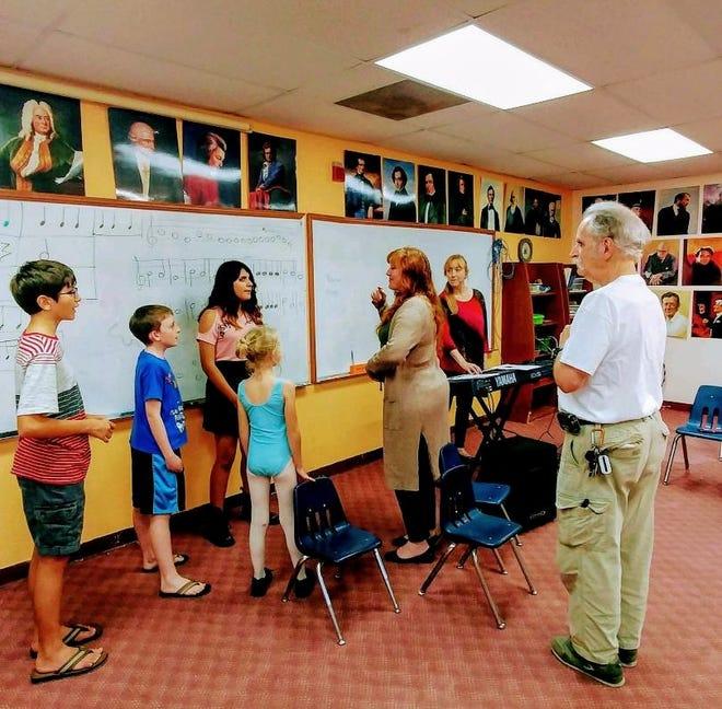 Heather Bash presenta la música a los niños del Children's Music Theatre.