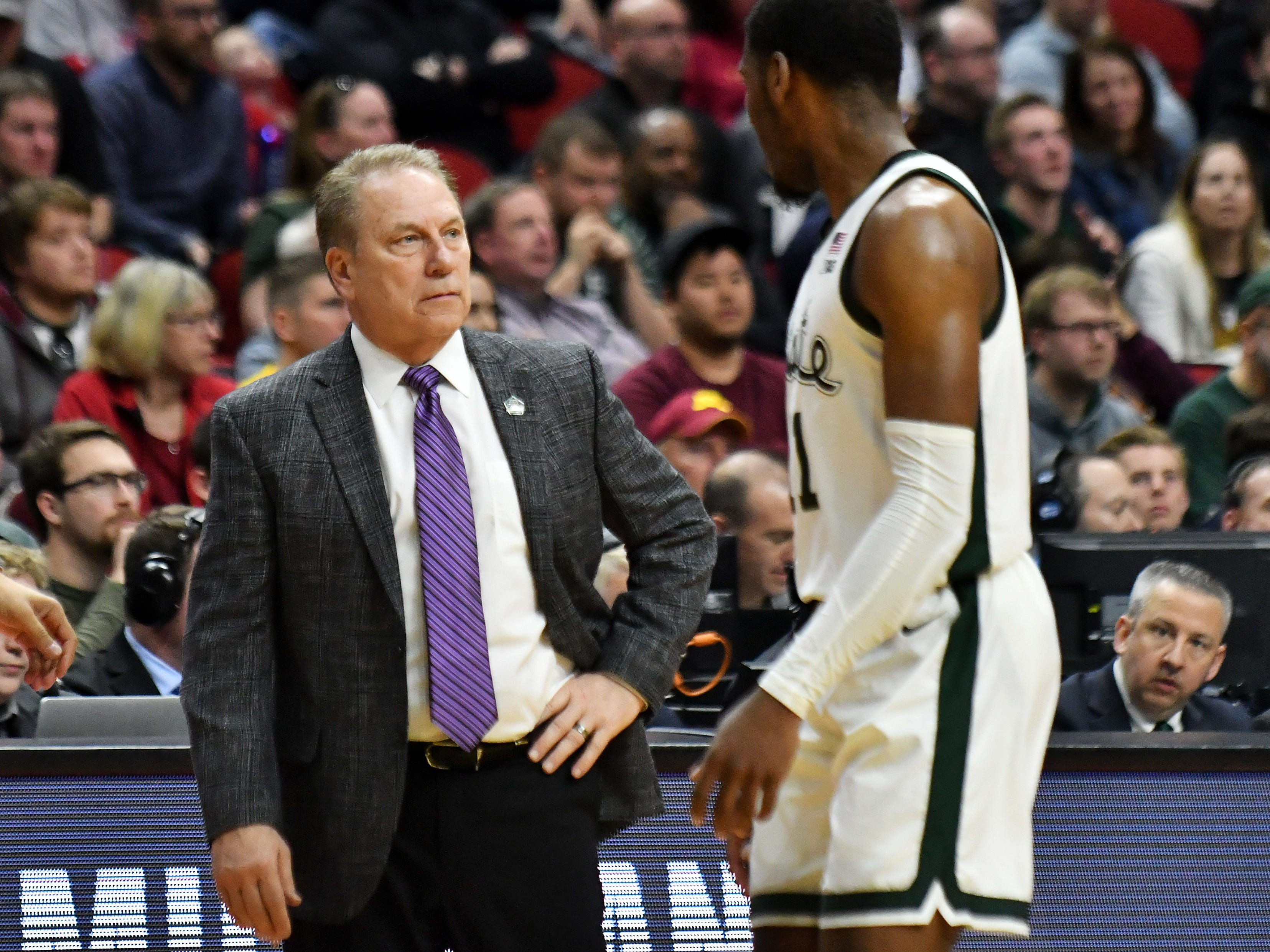 Michigan State head coach Tom Izzo talks with Michigan State forward Aaron Henry (11) in the second half.