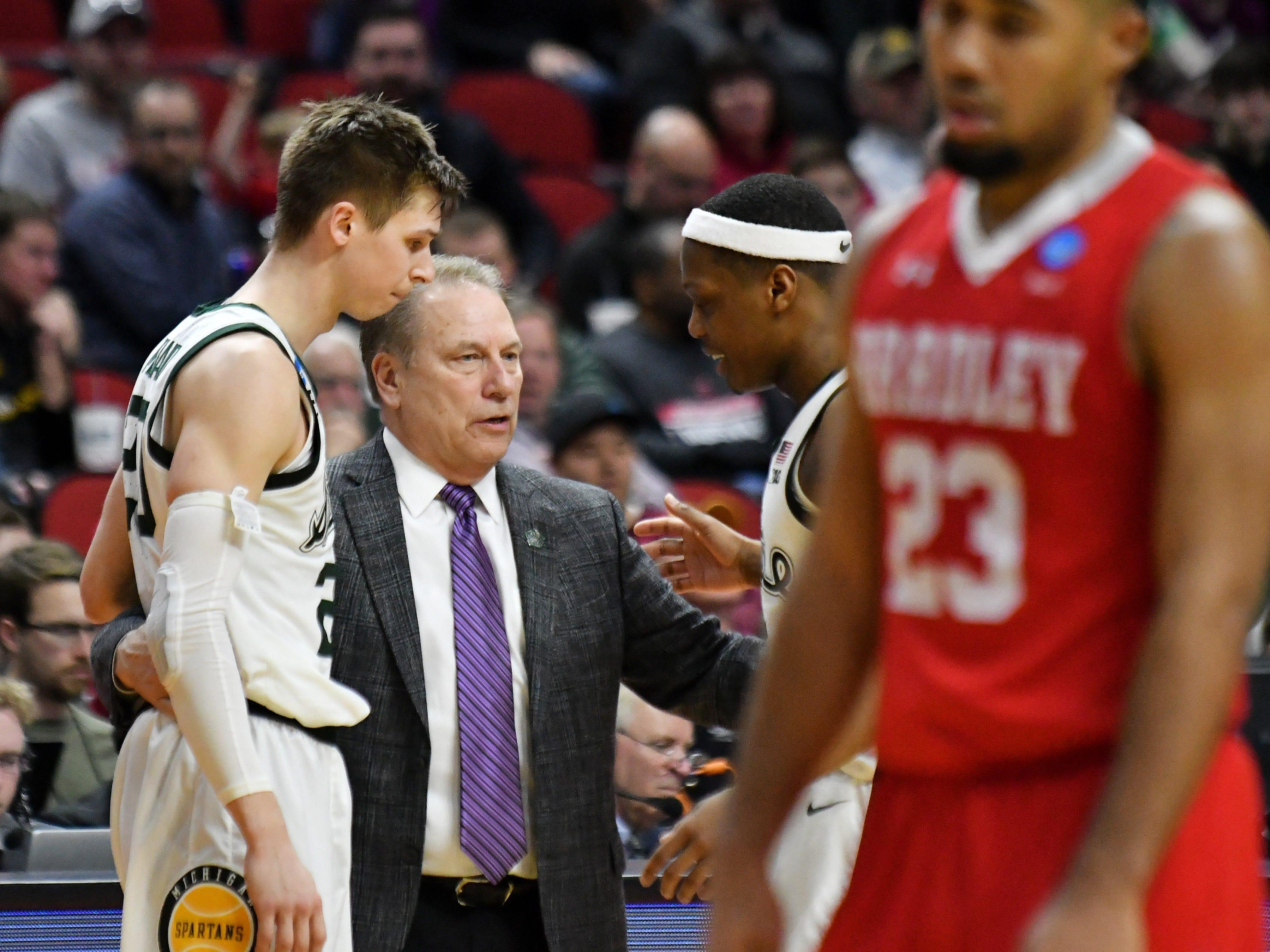 Michigan State head coach Tom Izzo talks with Michigan State guards Matt McQuaid (20) and Cassius Winston, right, in the second half.