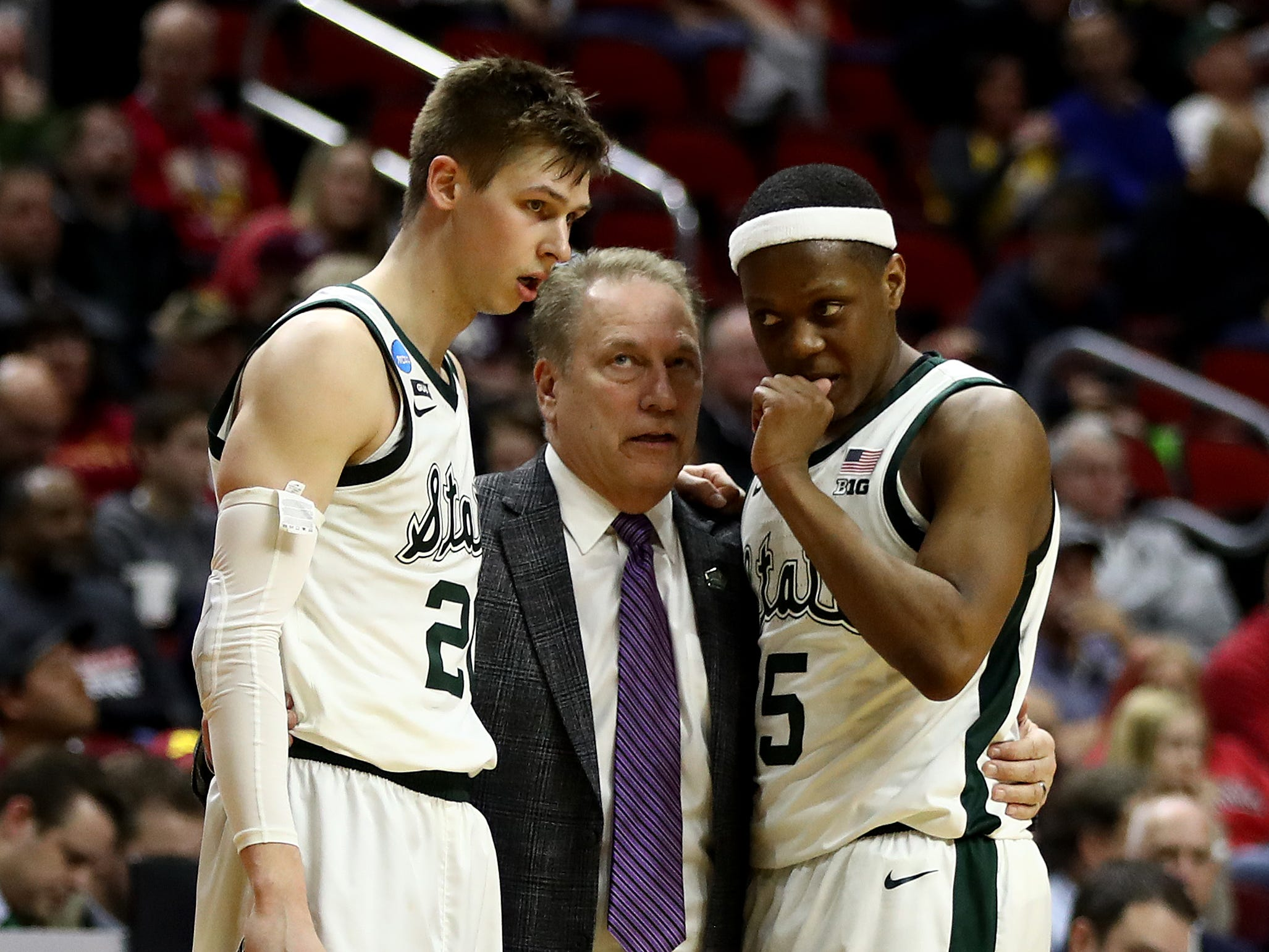 Head coach Tom Izzo of the Michigan State Spartans speaks with Matt McQuaid #20 and Cassius Winston #5 during their game against the Bradley Braves in the First Round of the NCAA Basketball Tournament at Wells Fargo Arena on March 21, 2019 in Des Moines, Iowa.