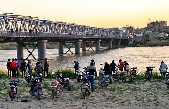 Un ferry abarrotado de personas que celebraban el año nuevo kurdo se hundió en el río Tigris cerca de Mosul, matando al menos a 71 persona
