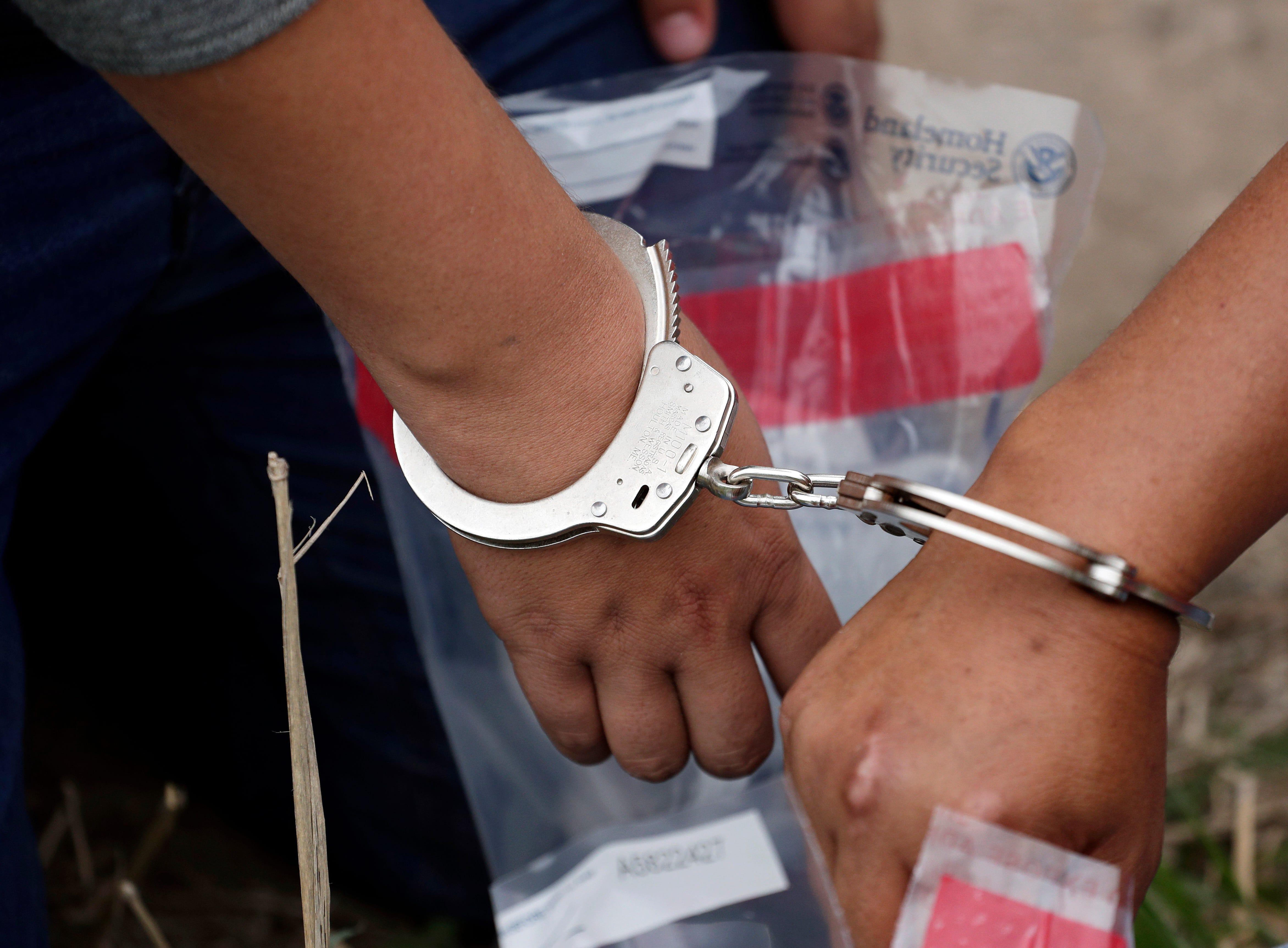 Funcionarios del servicio de inmigración pidieron al Congreso que modifique las leyes para que puedan detener más adultos y niños y deportar más rápido a los centroamericanos.