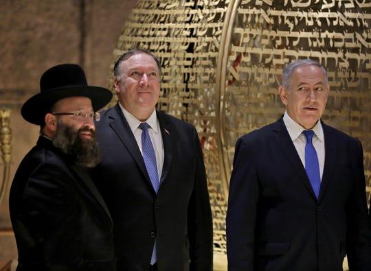 El Secretario de Estado de EEUU Mike Pompeo, a lado del Primer Ministro Israelí Benjamin Netanyahu (der.) y el Shmuel Rabinovitch (izq.)