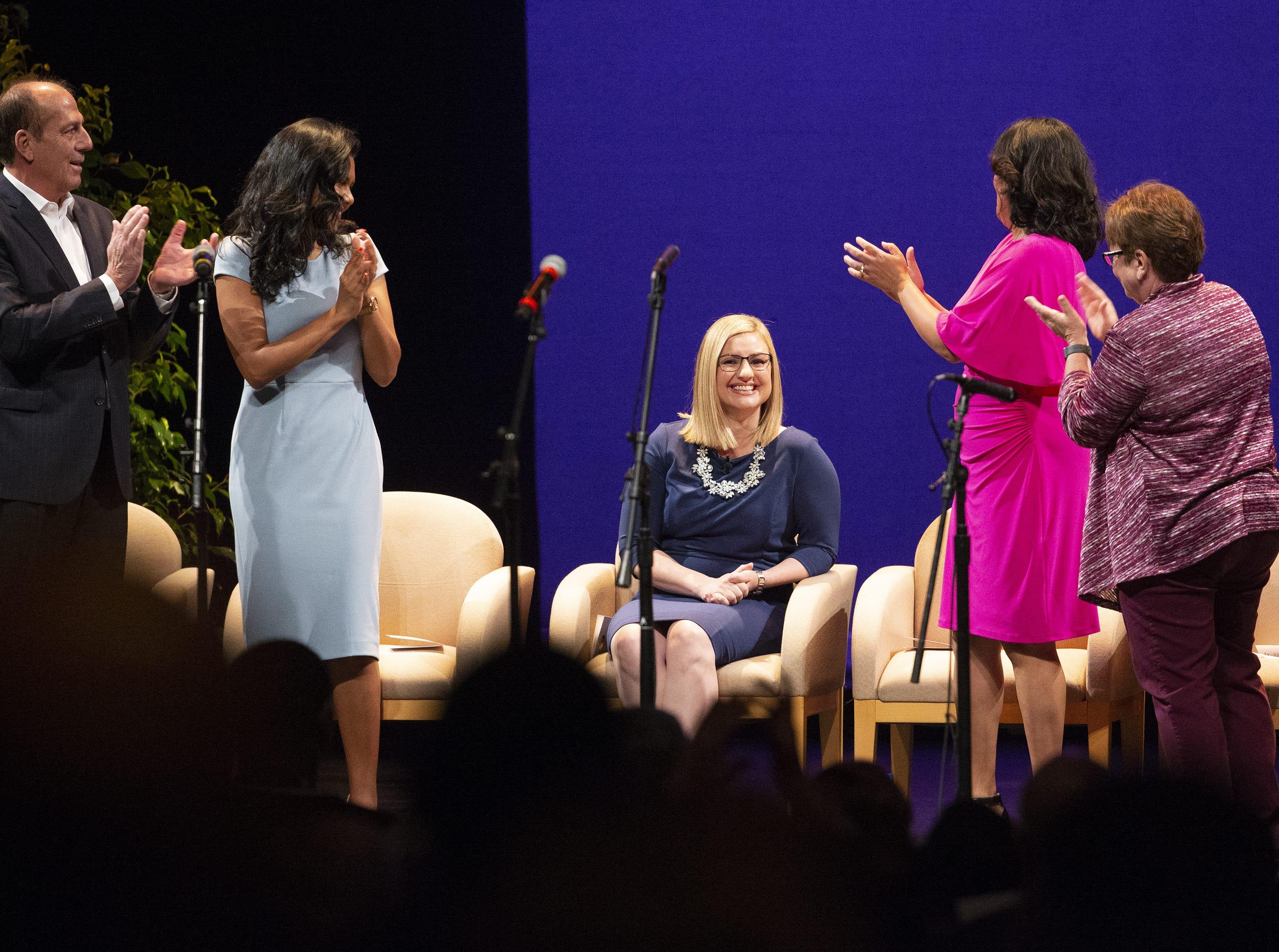 Miembros del Concilio Municipal brindan un aplauso a la nueva alcaldesa Kate Gallego, en la ceremonia inaugural celebrada el 21 de marzo en el Orpheum Theatre de Phoenix, AZ.