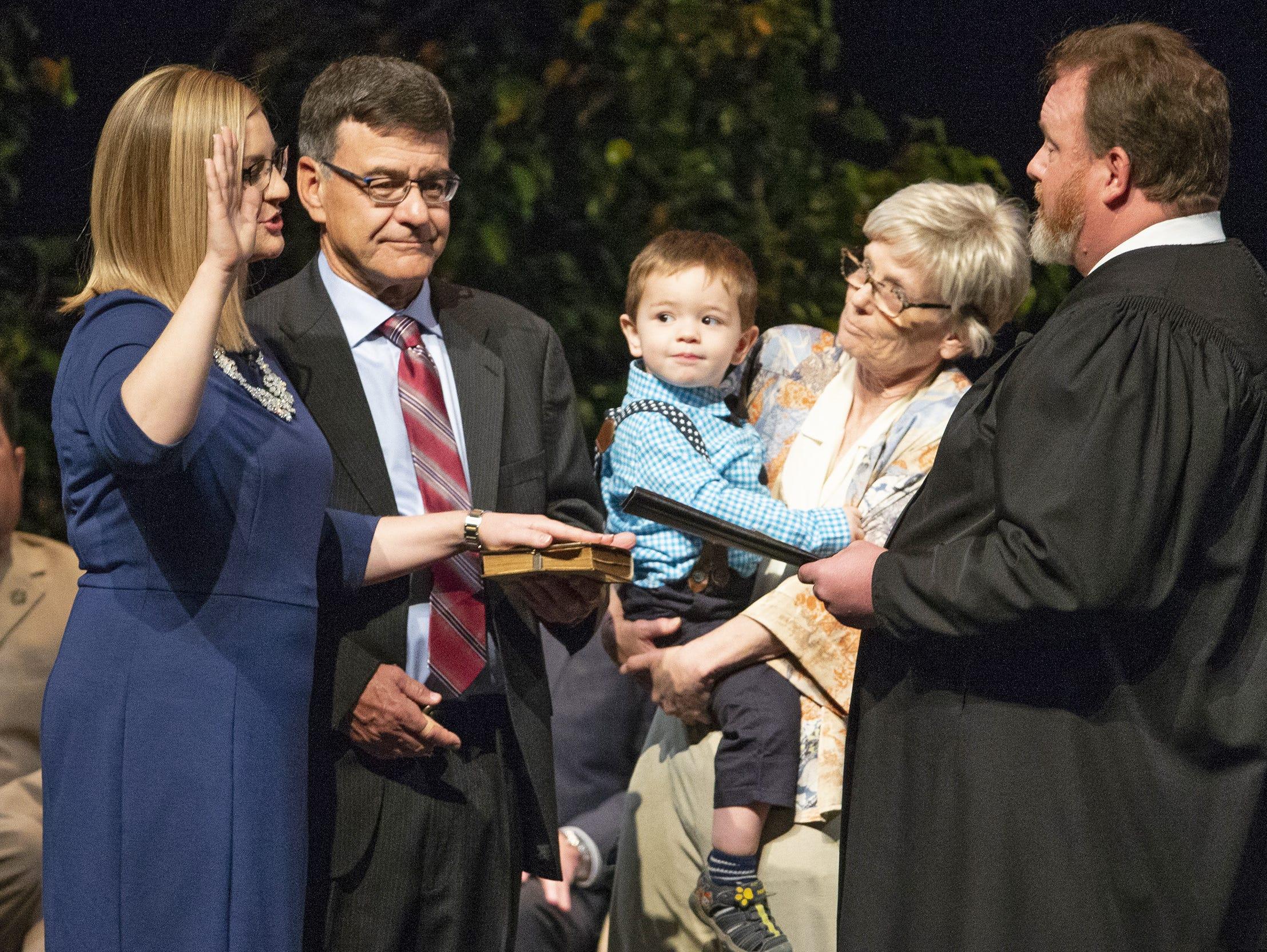 Kate Gallego acompañada de sus padres y su hijo Michael, recibe la juramentación como nueva alcaldesa de Phoenix por parte del Juez B. Don Taylor III,  durante la ceremonia inaugural celebrada el 21 de marzo de 2019, en el Orpheum Theatre.