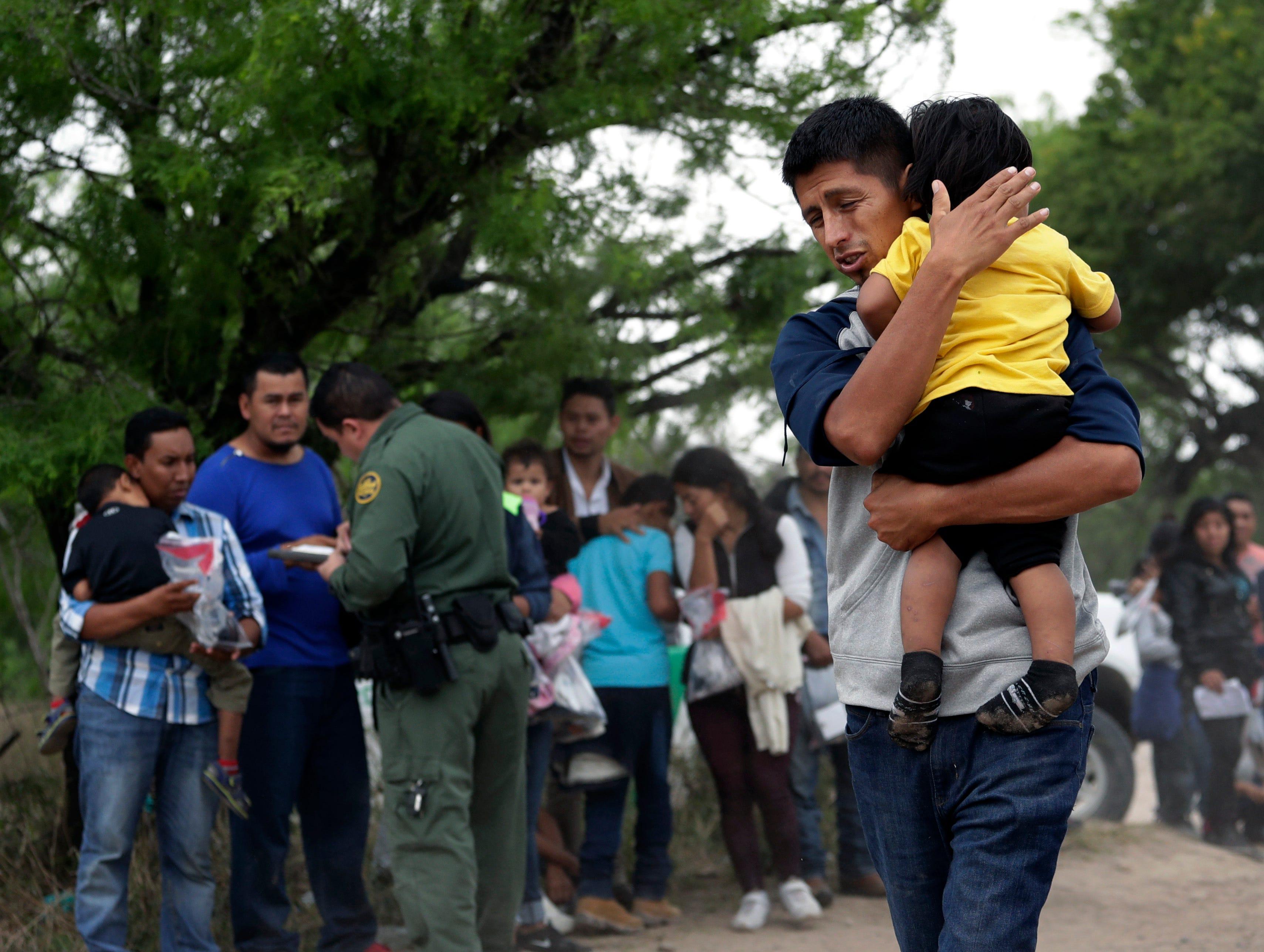 La Patrulla de Fronteras dice que detuvo a unas 66.000 personas que cruzaron la frontera ilegalmente en febrero, incluidas 36.000 que venían en familia. Esto es un récord para un mes.