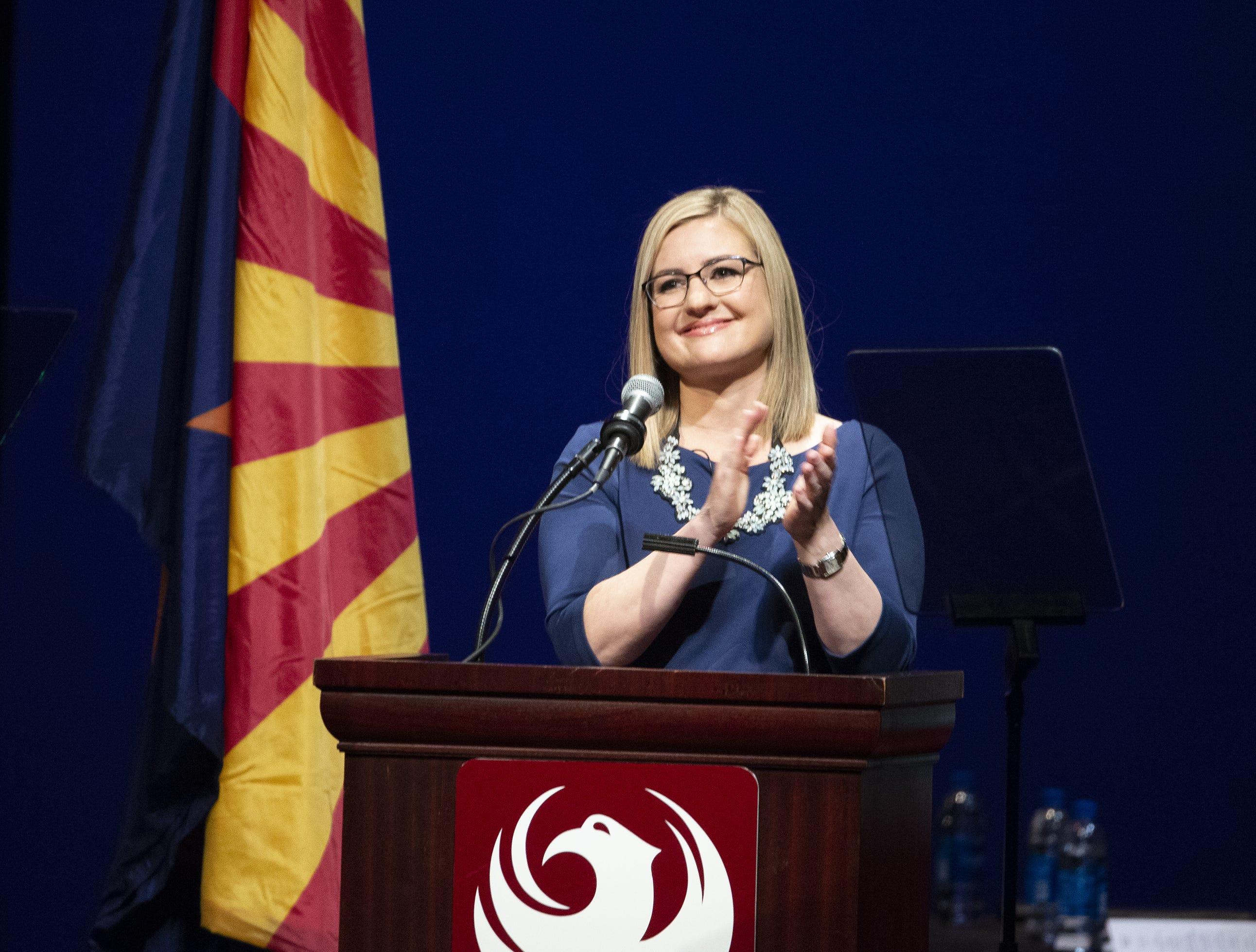 La nueva alcaldesa de Phoenix Kate Gallego aplaude en el podio durante la ceremonia inaugural el 21 de marzo de  2019, en el Orpheum Theatre.