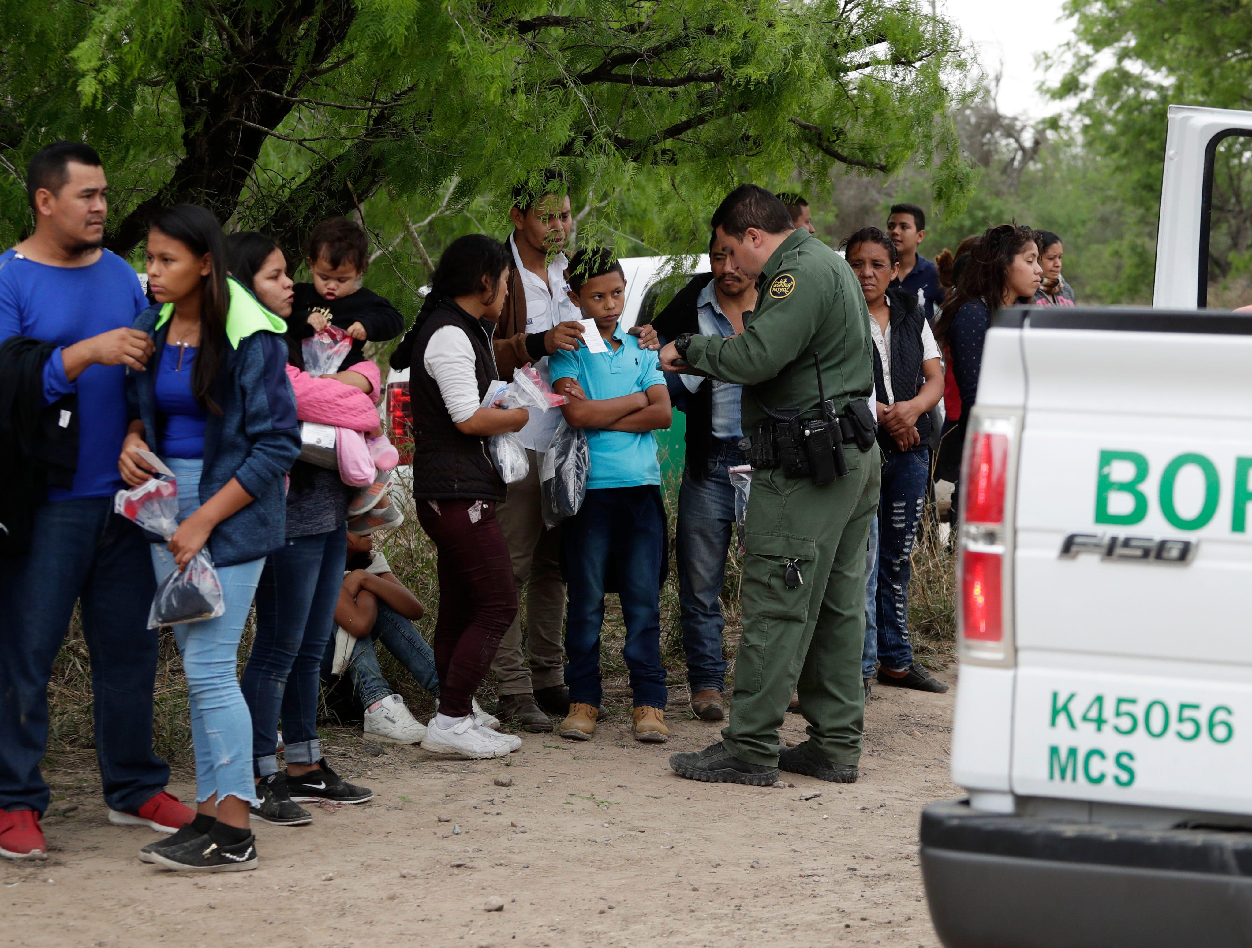 El gobierno del presidente Donald Trump dice que la mayoría de los adultos que cruzan la frontera ilegalmente lo hacen por razones económicas y esperan ser liberados si llevan consigo algún menor y piden asilo.