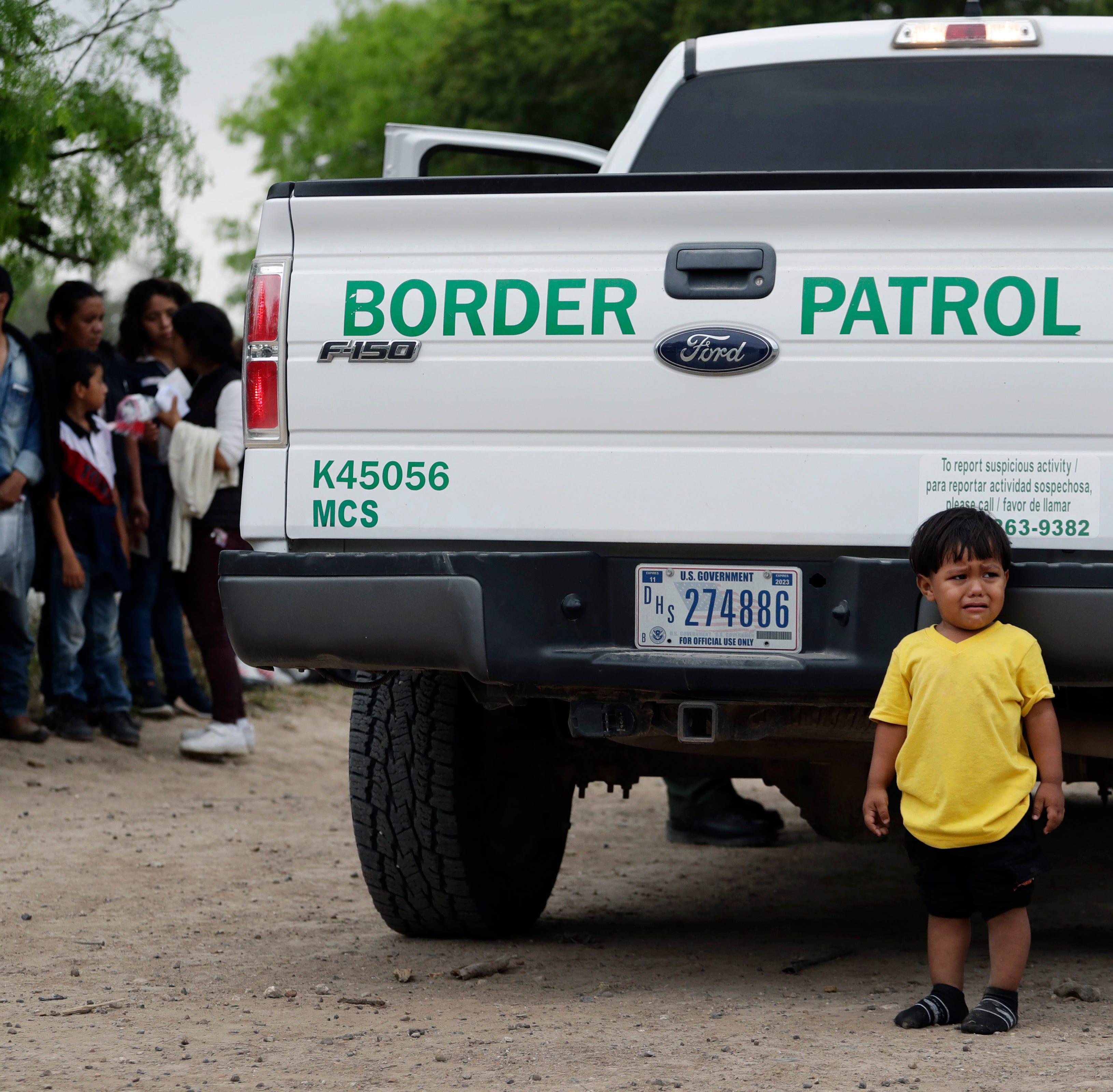 Patrulla de Fronteras abrumada por familias de migrantes