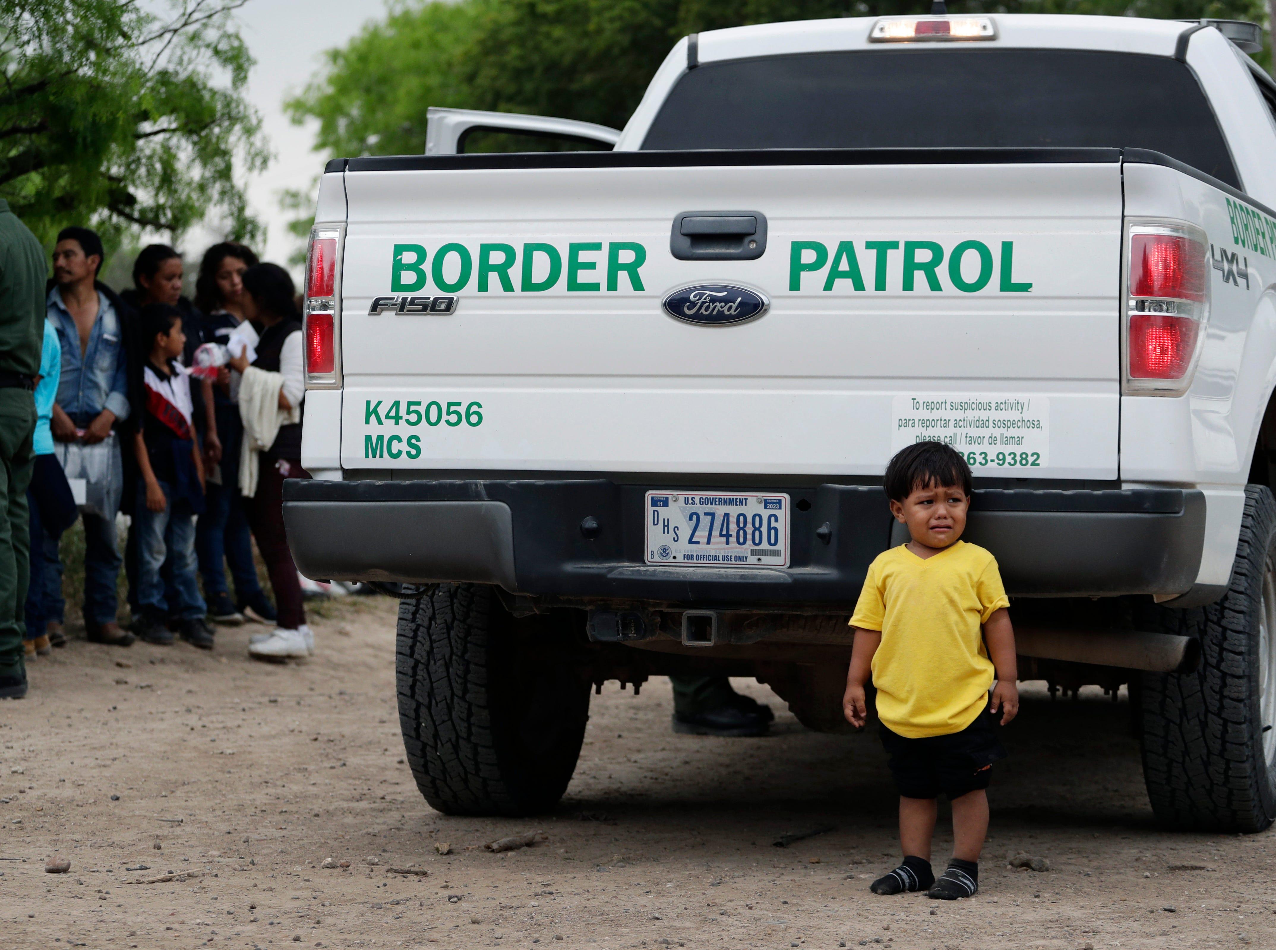 Todos los días llegan a la frontera menores con fiebre, resfríos y gripe, acompañados por sus padres, y a veces esperan horas a que los recoja la Patrulla de Fronteras.