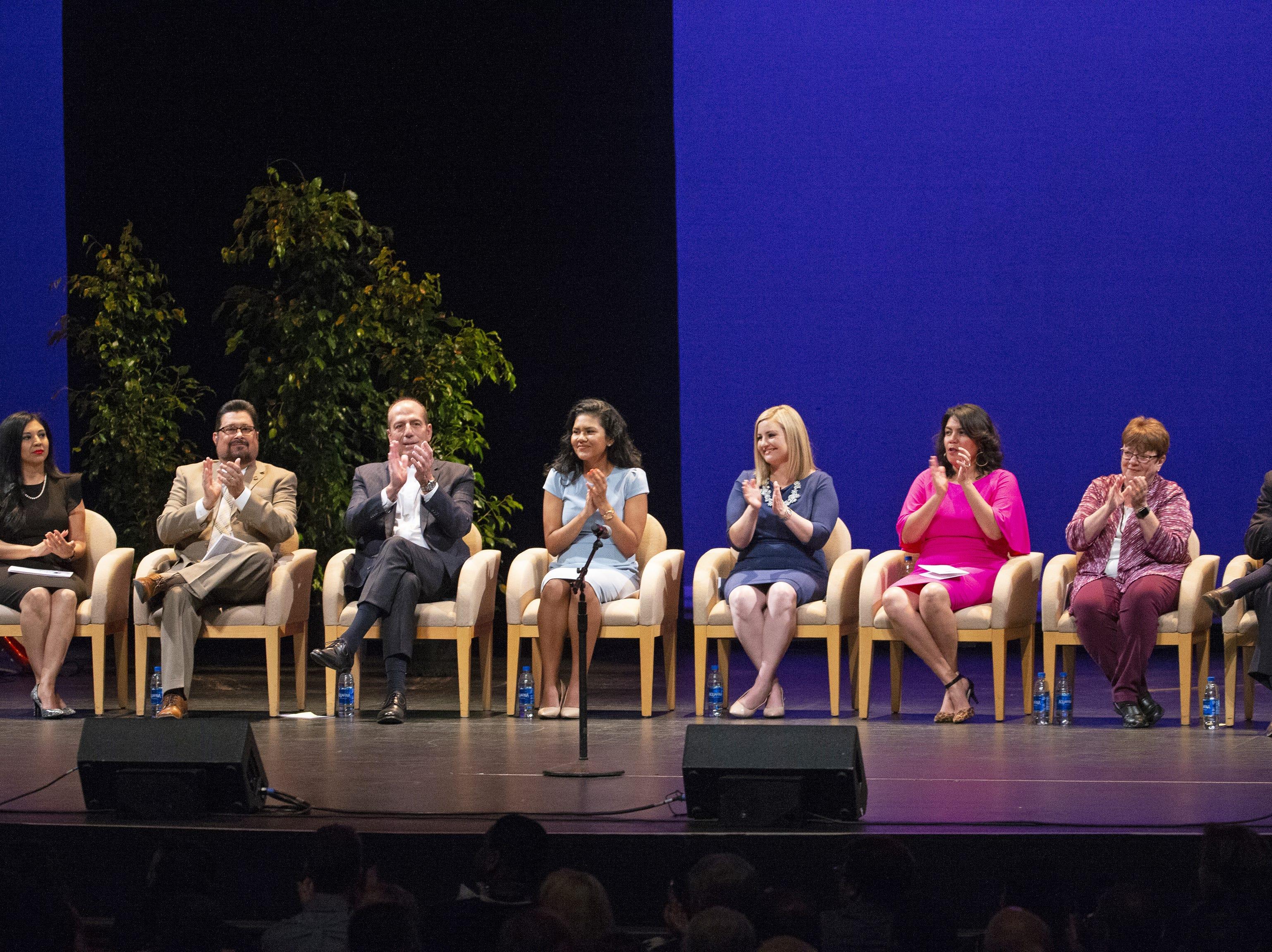 Kate Gallego (centro-derecha) y los miembros del Concilio de Phoenix durante la ceremonia inaugural de Gallego como nueva alcaldesa de Phoenix, el 21 de marzo de 2019 en el Orpheum Theatre de Phoenix, AZ.